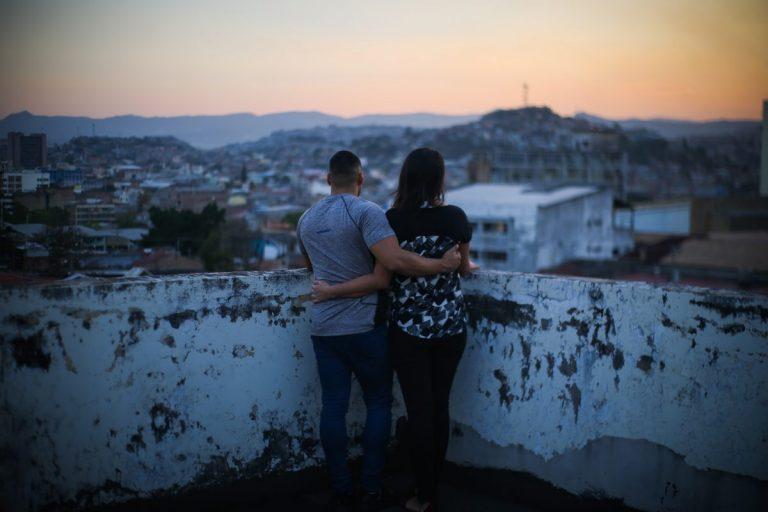 Emily y Bryan son un matrimonio que vive en una de las ciudades más peligrosas del mundo. En pocos lugares, salvo en zonas de guerra, son asesinadas y desplazadas tantas personas como en Tegucigalpa