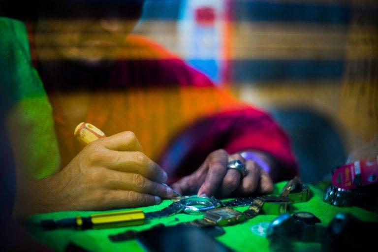 """""""Manuel"""", nuevamente montó un pequeño negocio de reparación de relojes y celulares en un mercado de San Pedro Sula"""