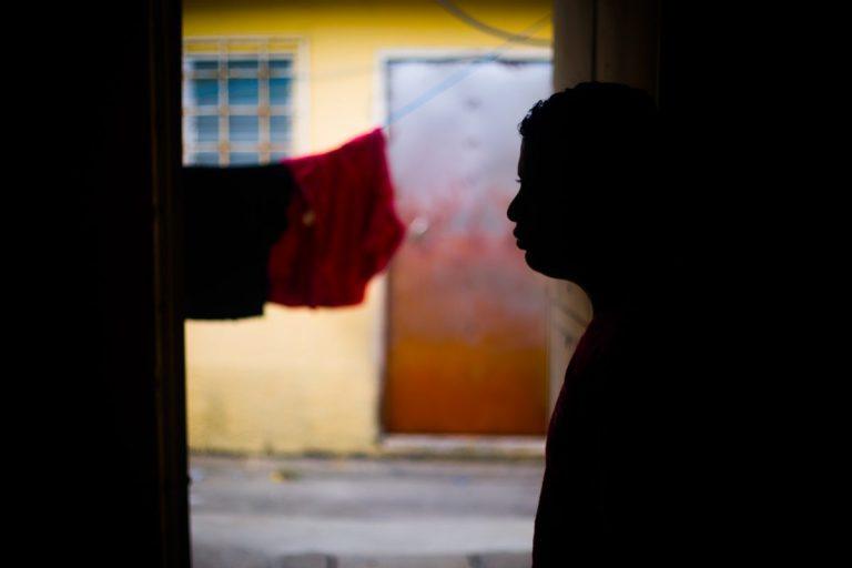 """""""Marcos"""" espera la visita de su esposa en un refugio en San Pedro Sula."""