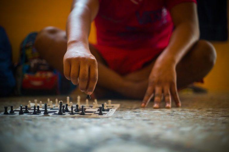 Un tablero de ajedrez se ha convertido en el pasatiempo de Marcos