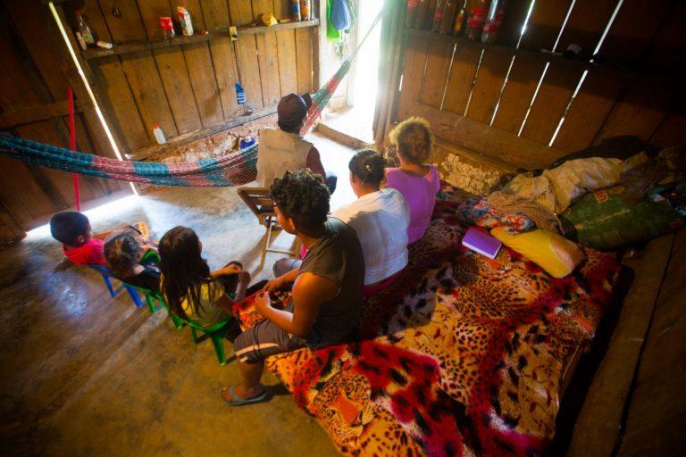 Vista general del espacio donde Elena y sus tres hijos, más su padre y madre, y un hermano de esta conviven.