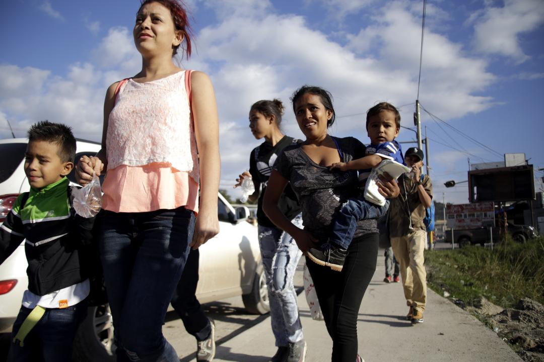 Madres hondureñas con sus hijos en la caravana a su llegada a Santa Rosa de Copán. Foto: Martín Cálix.