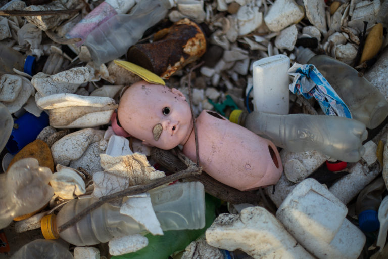 Los restos de una muñeca entre la basura que ha llegado este año a las playas de Omoa, donde también hay mucho duroport y botellas de plástico. Omoa, 28 de septiembre de 2020. Foto: Martín Cálix