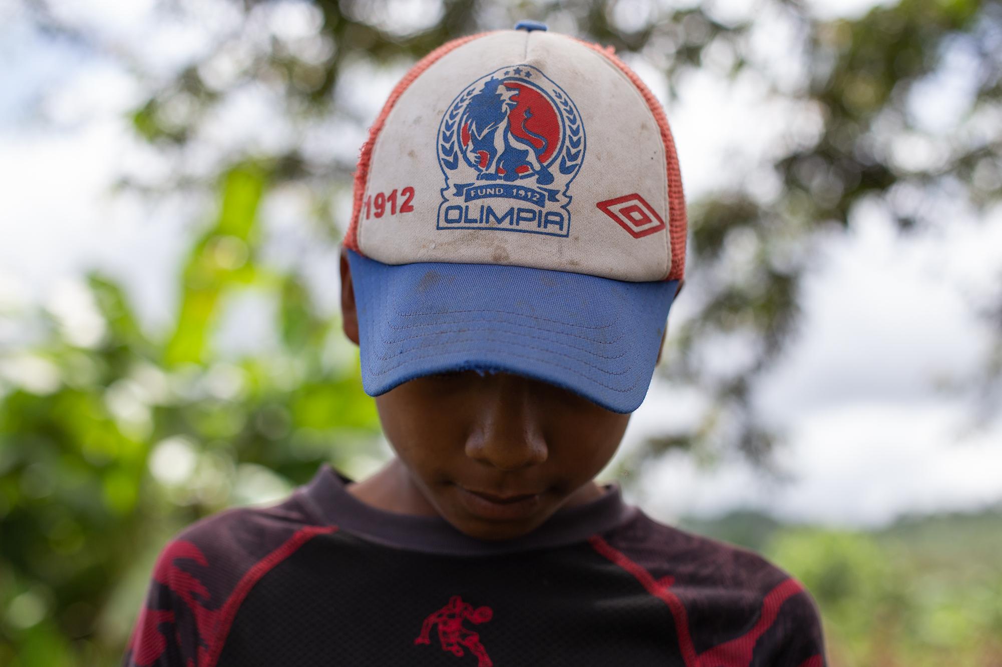 Yefri, de 13 años de edad, es uno de los hijos menores de Doris. Se le nota incómodo cuando su madre cuenta su historia de violencia. San Pedro de Tutule, La Paz, 19 de octubre de 2020. Foto: Martín Cálix.