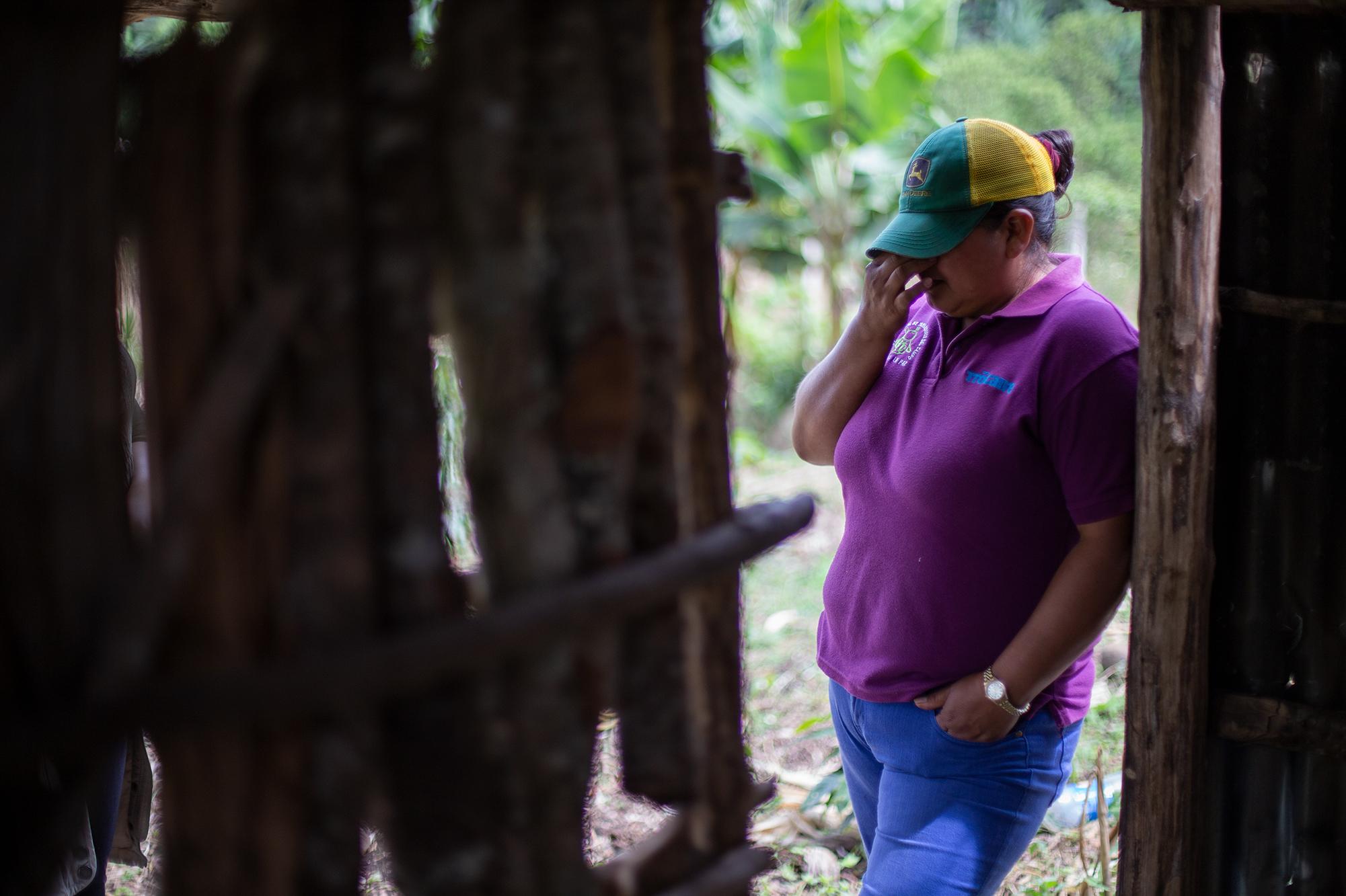 Doris rompe en llanto al contar su historia, donde narra toda la violencia que ha sufrido ella y sus hijos. San Pedro de Tutule, La Paz, 19 de octubre de 2020. Foto: Martín Cálix.
