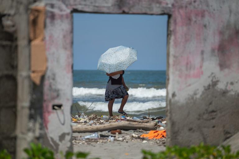Una mujer camina en medio de la basura de la playa en la comunidad de la Barra del Río Motagua. Omoa, Cortés, 28 de septiembre de 2020. Foto: Martín Cálix