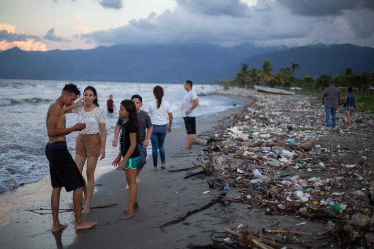 Kevin y su familia han llegado a Omoa buscando un lugar para pasar unos días de vacaciones en la playa, pero lo que han encontrado son kilómetros de basura y animales heridos y muertos. Omoa, Cortés, 28 de septiembre de 2020. Foto: Martín Cálix