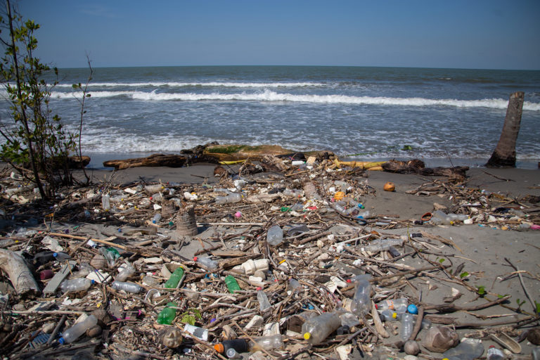 Miles de botellas de plástico, trozos de madera y duroport, se acumulan a lo largo de los aproximadamente 25 kilómetros de playa en el municipio de Omoa en el departamento de Cortés. Limpiar las playas del municipio conlleva un gasto de entre 30 000 a 40 000 lempiras para el gobierno local, según Edimar Herrera, jefe de la Unidad Municipal de Ambiente. Omoa, Cortés, 28 de septiembre de 2020. Foto: Martín Cálix