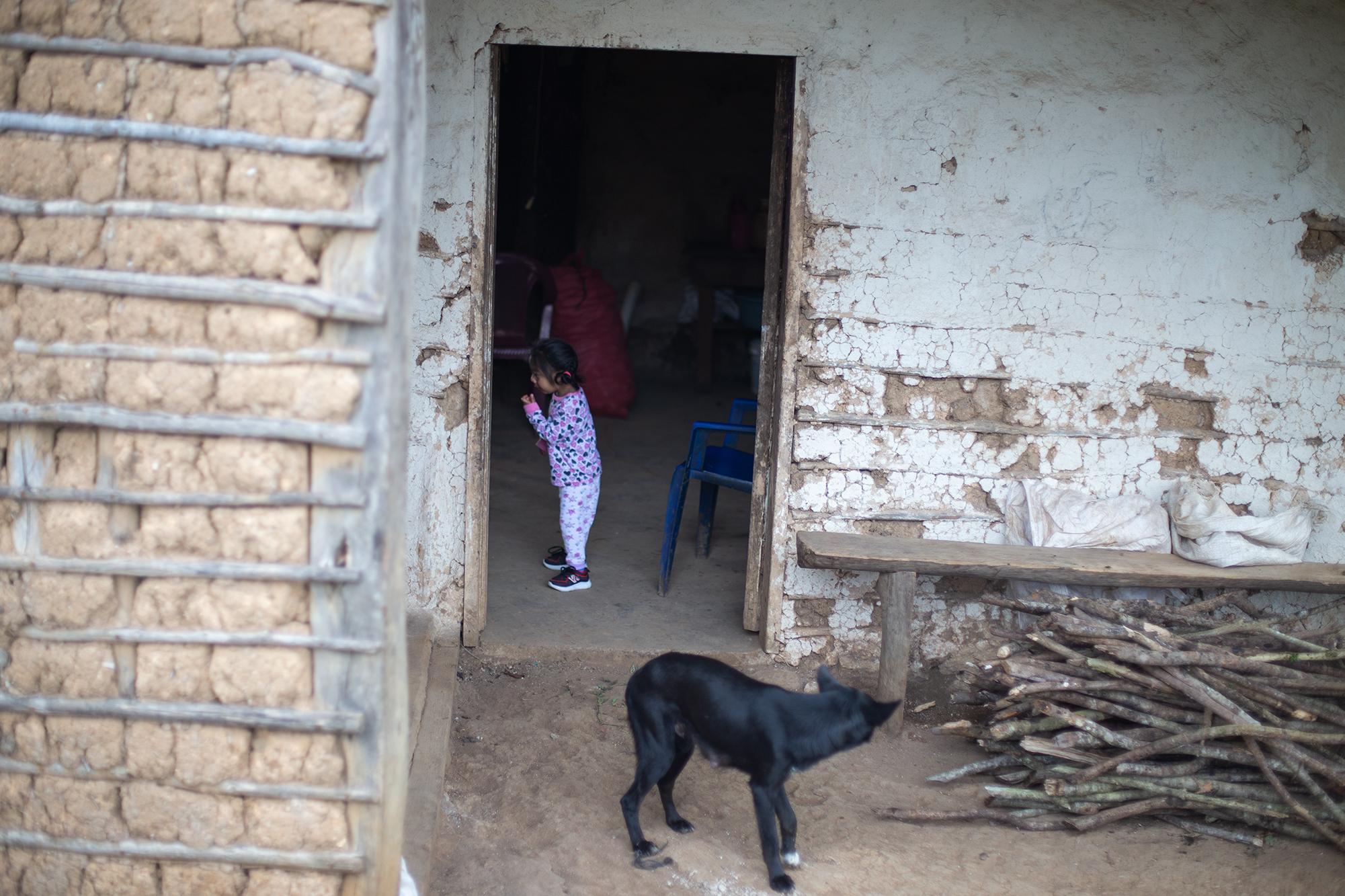 Cristel, hija de Mirian y nieta de María, nació con una discapacidad que le dificulta aprender a caminar, para poder recibir asistencia médica su madre debe cargarla y caminar con ella en brazos dos horas de ida y dos horas de regreso a casa, un viaje que madre e hija realizan dos veces por semana. Chinacla, La Paz, 20 de octubre de 2020. Foto: Martín Cálix.