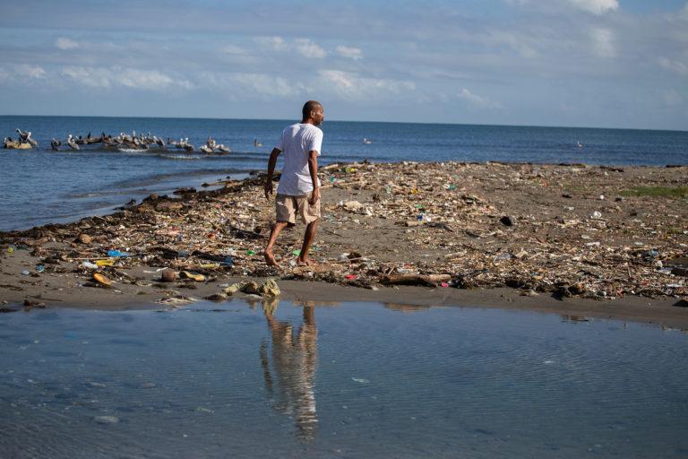 Un pescador camina entre la basura de la playa en la comunidad de Masca. Omoa, Cortés, 29 de septiembre de 2020. Foto: Martín Cálix