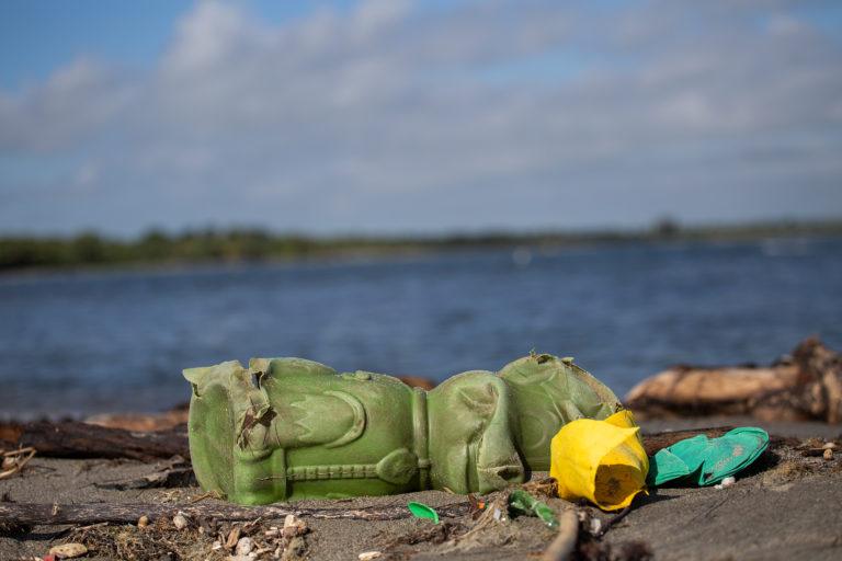 Todos los años, miles de toneladas de plástico se acumulan en las playas del municipio de Omoa. Sandra Cárdenas del Centro de Estudios Marinos concluye que esta basura ha modificado el ornato de las playas para el turismo y en el mar para la pesca. Omoa, Cortés, 29 de septiembre 2020. Foto: Martín Cálix