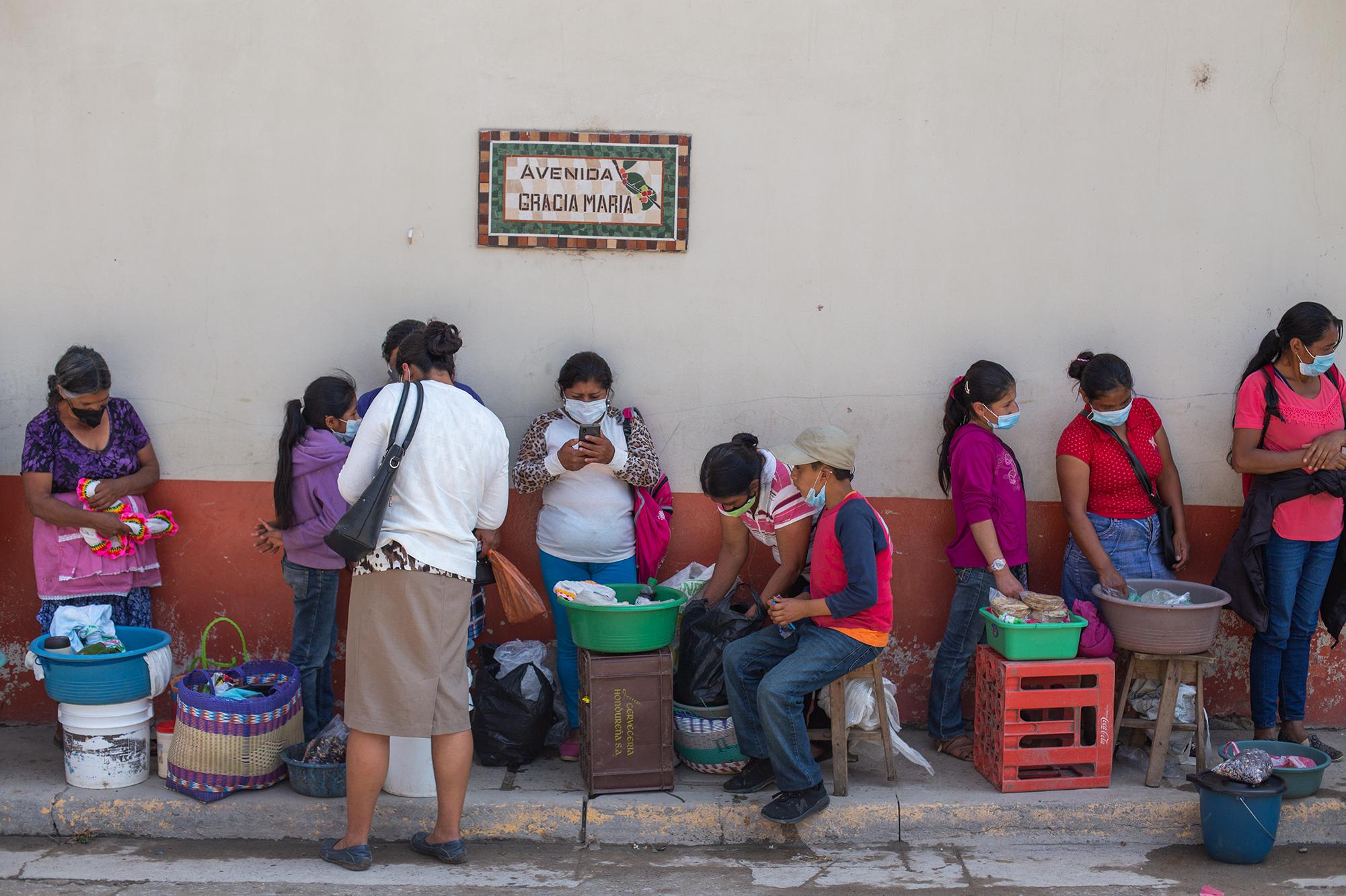 Un grupo de mujeres vende tortillas y productos lácteos junto a sus hijos e hijas en una calle del centro de Marcala. En el departamento de La Paz, el Ministerio Público recibió 574 denuncias por delitos contra la libertad sexual entre 2014 y 2019. Del total, 182 víctimas eran menores de edad, 4 agresores eran militares. Marcala, La Paz, 22 de octubre de 2020. Foto: Martín Cálix.