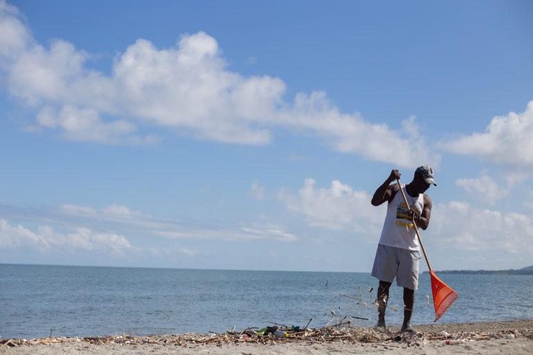 Pedro Serrano de 67 años de edad, es un pescador con 45 años de experiencia que todos los días barre la playa frente a su casa en la comunidad de Masca, la comunidad garífuna más occidental de Honduras, donde junto a su esposa mantienen un comedor que en la actualidad se encuentra cerrado debido a las restricciones sanitarias por la expansión de la COVID-19. Este pescador y propietario de restaurante es un escéptico del microplástico en los peces que se pescan en el mar frente a su casa. Omoa, Cortés, 29 de septiembre de 2020. Foto: Martín Cálix