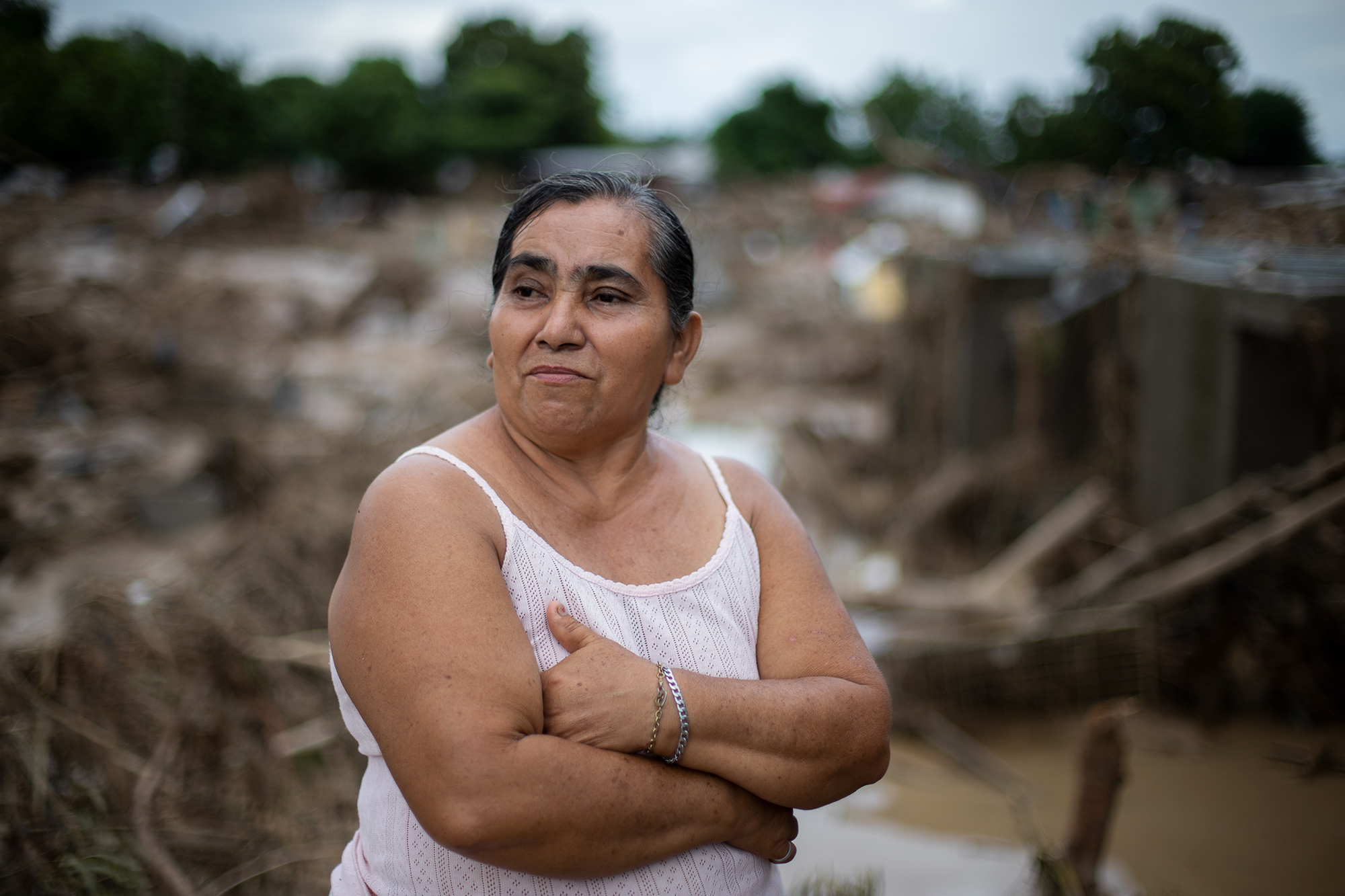 Elsa is 53 years old. The rain and the flooding of the Chamelecón river destroyed her home. Now, she and her family are taking refuge in the one shelter on the pier, where there are no bathrooms or food. There, her and forty other families wait for the conditions to improve so they can return to their homes. San Pedro Sula, Nov. 20, 2020. Photo: Martín Cálix.
