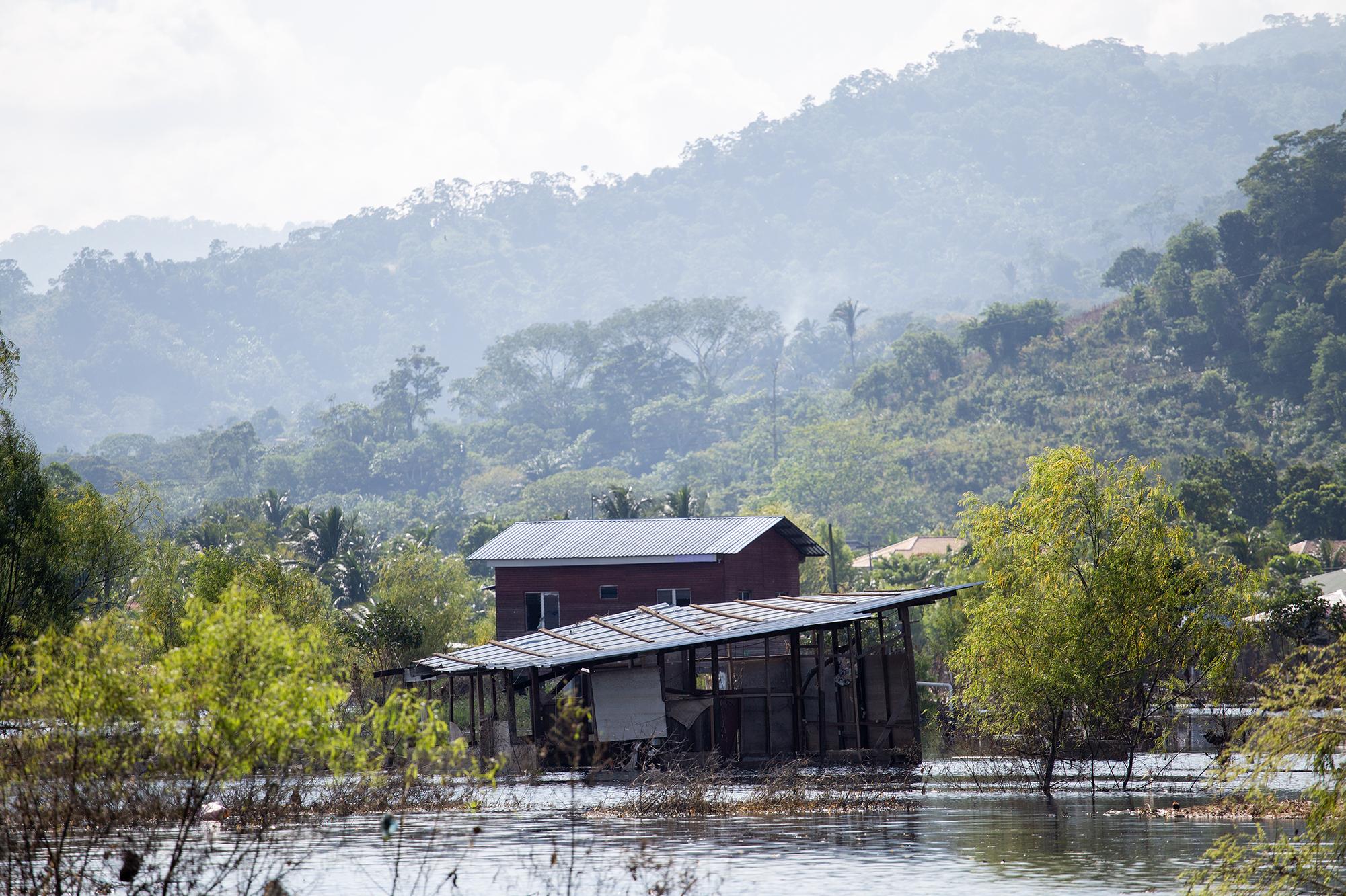 Debido a las lluvias provocadas por la tormenta tropical Eta, muchas casas a lo largo del río Chamelecón resultaron inundadas. Baracoa, Cortés, 15 de noviembre de 2020. Foto: Martín Cálix.