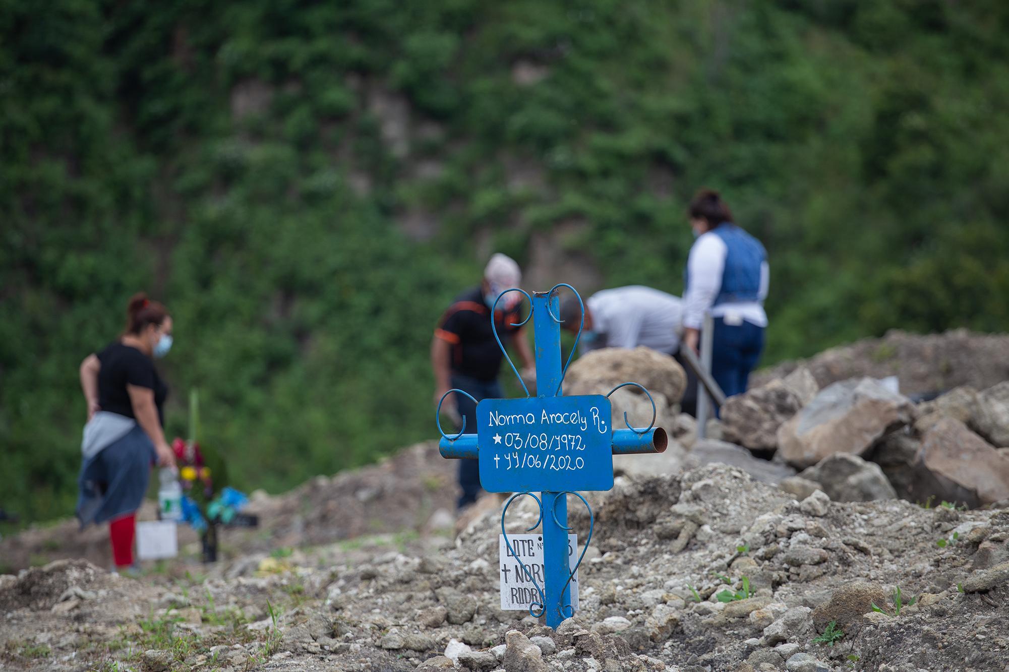 En el anexo del Parque Memorial Jardín de los Ángeles se ha enterrado a personas que fallecieron con diagnóstico para Covid-19. Comayagüela, 2 de noviembre de 2020. Foto: Martín Cálix.
