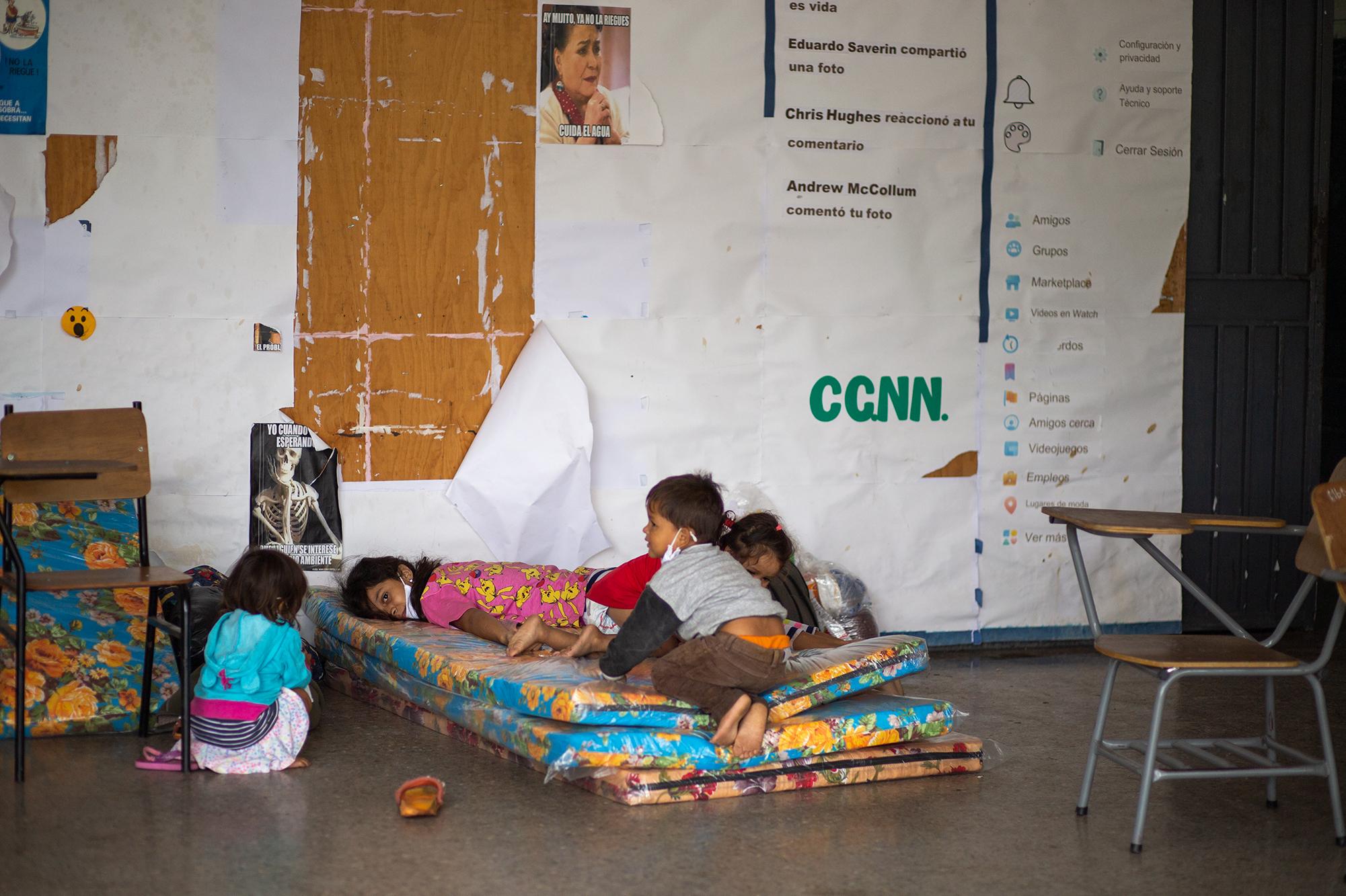 Un grupo de niños descansa y juega sobre unos colchones que les han donado a sus familias en el Instituto Central Vicente Cáceres, que sirve como albergue para las familias afectadas por las lluvias tras el paso de la tormenta tropical Eta. Comayagüela, 5 de noviembre de 2020. Foto: Martín Cálix.