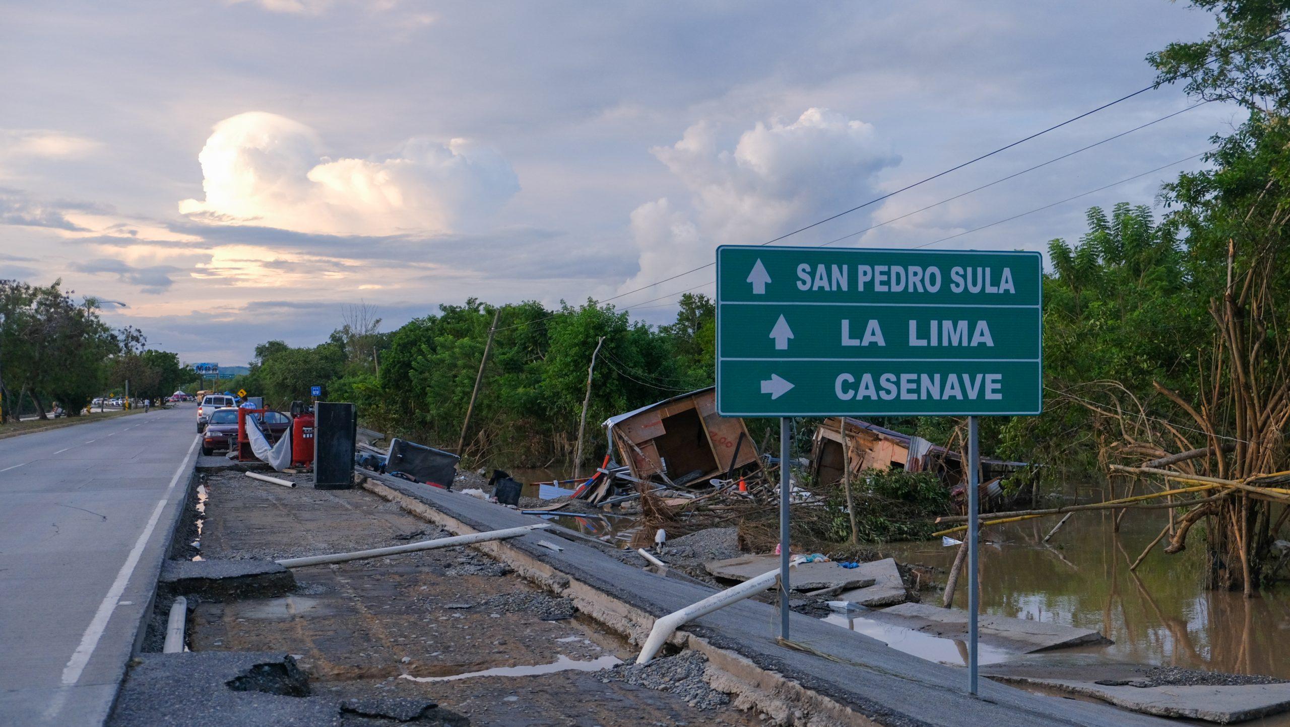 El paso de Eta dejó destrucción en viviendas y en la infraestructura vial. La Lima, Cortés, 7 de noviembre de 2020. Foto: Deiby Yanes.