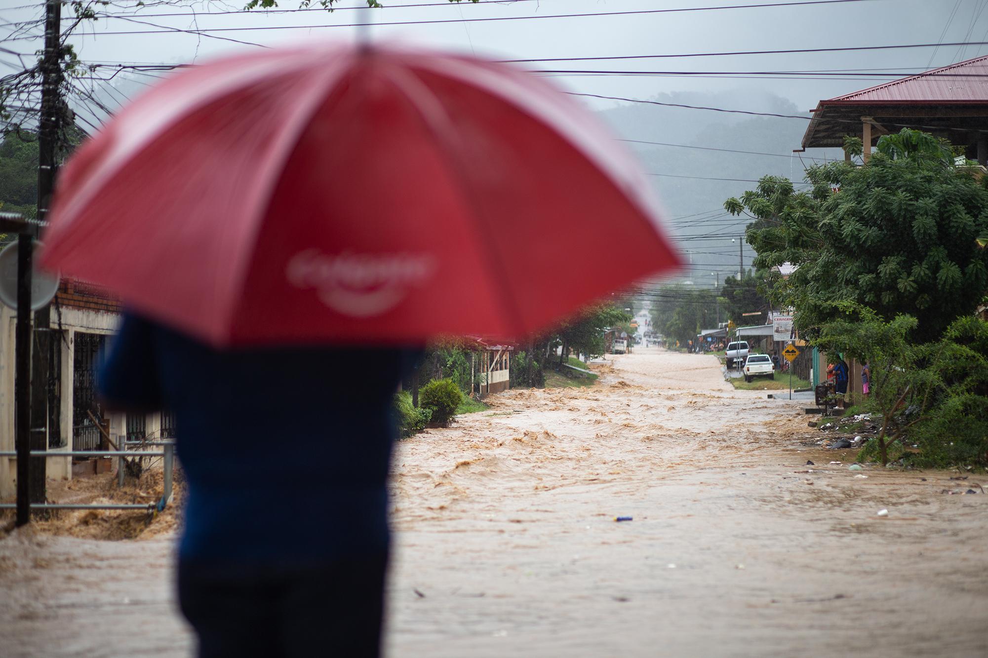En la colonia Rigoberto Delgado Mangandy, las lluvias han provocado que muchas de sus calles se inunden, cortando el acceso hacia algunas zonas aledañas. El Progreso, Yoro, 17 de noviembre de 2020. Foto: Martín Cálix.