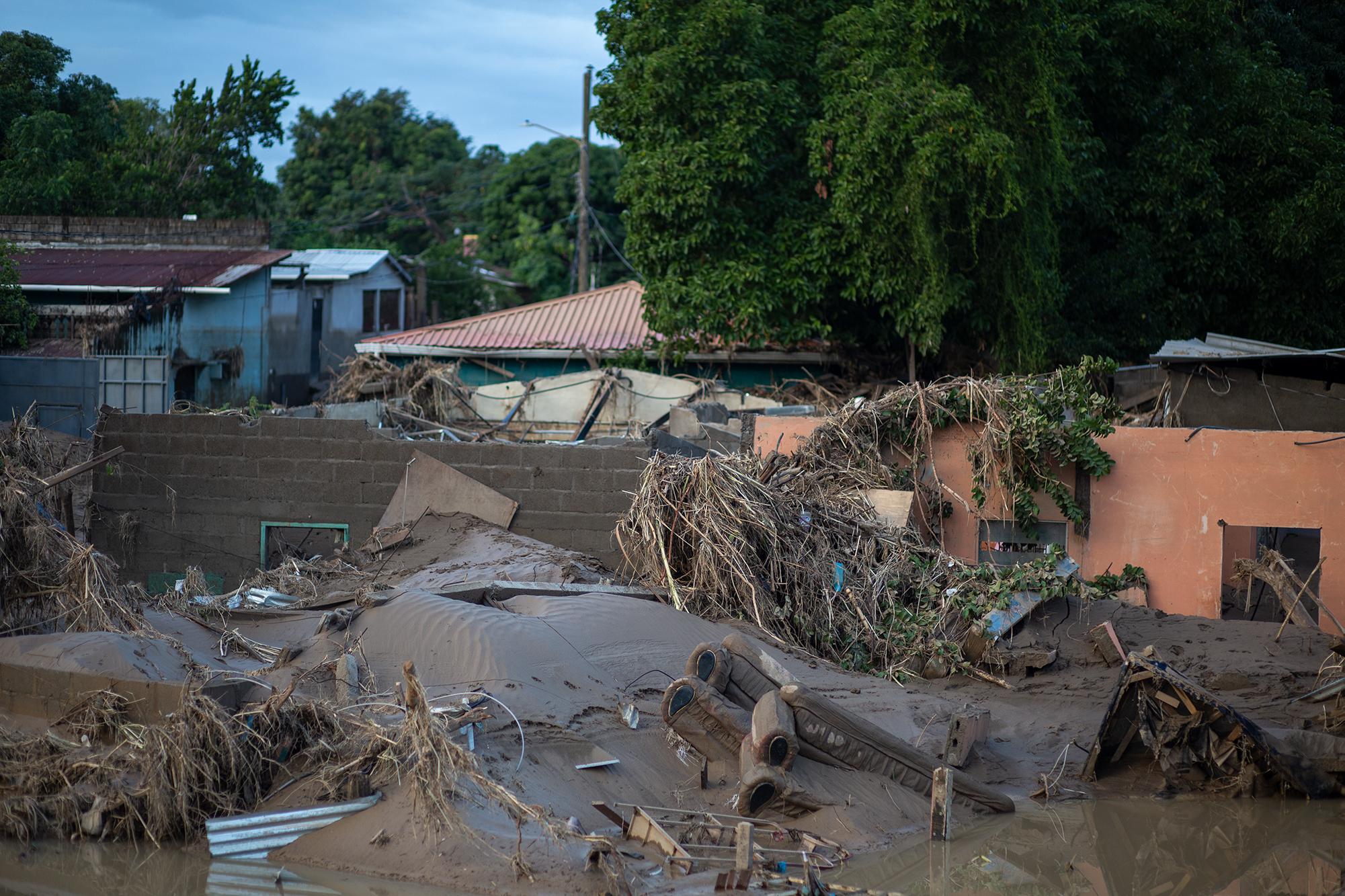 A lo largo del bordo del río Chamelecón unas 1500 casas han sido devastadas por las lluvias y las inundaciones tras el paso de las tormentas tropicales Eta e Iota. San Pedro Sula, 20 de noviembre de 2020. Foto: Martín Cálix.