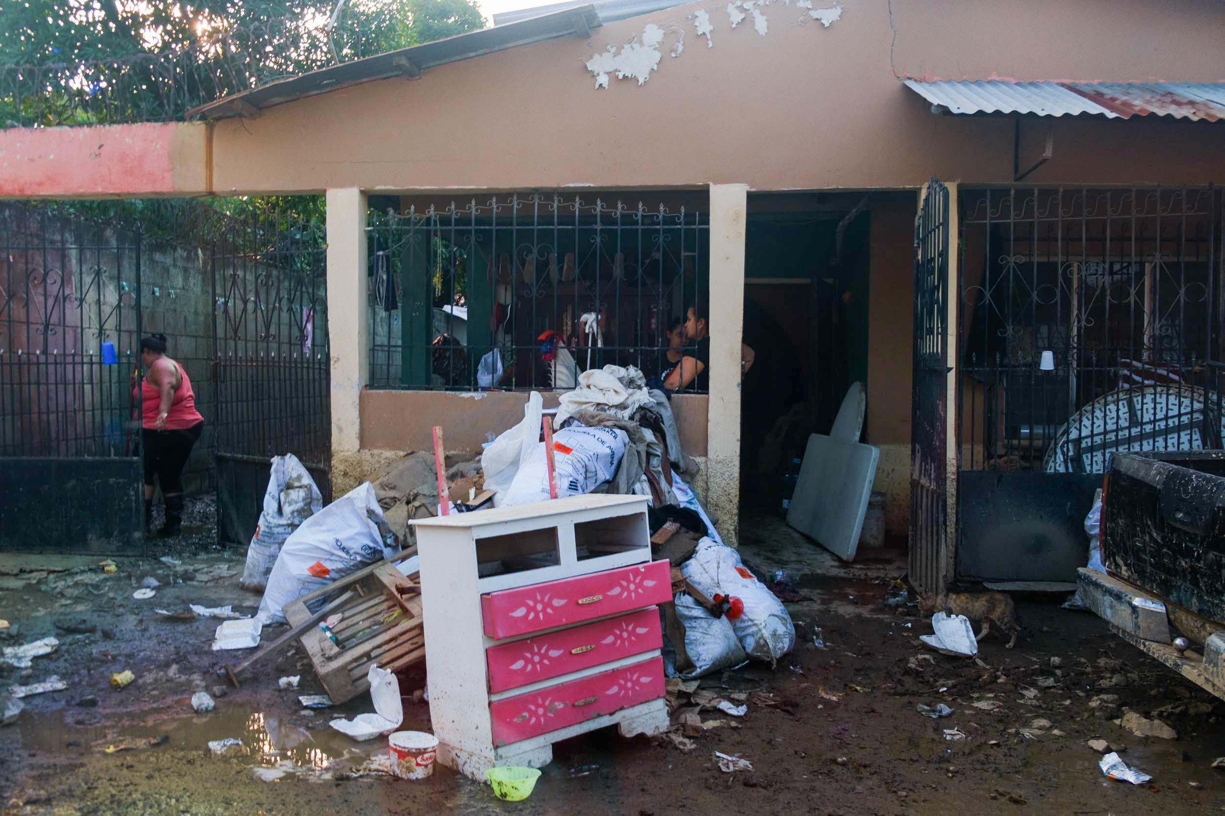 En la colonia Sabillón, unas vecinas sacan los escombros y el lodo que la inundación dejó en sus casas. San Pedro Sula, 10 de noviembre de 2020, Foto, Deiby Yanes.