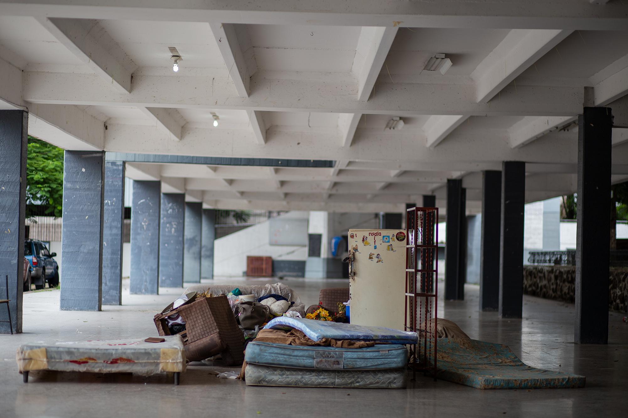 Pertenencias de una familia afectada por la crecida del Río Choluteca. Al menos 72 personas han recibido albergue en el Instituto Central Vicente Cáceres. Comayagüela, 5 de noviembre de 2020. Foto: Martín Cálix.