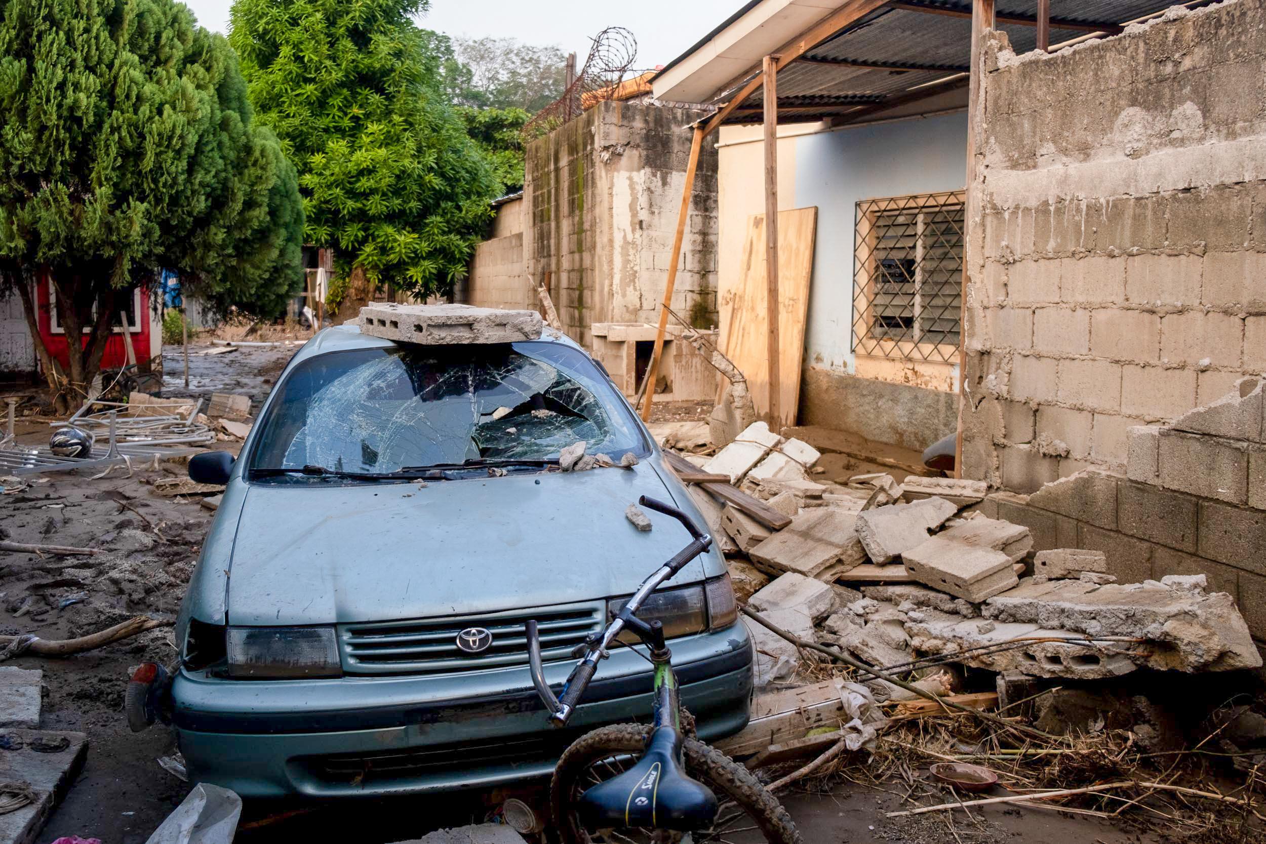 Debido a la fuerza del agua producto de la inundación este muro cedió y parte de él cayó sobre un vehículo. San Pedro Sula, 10 de noviembre de 2020. Foto, Deiby Yanes.
