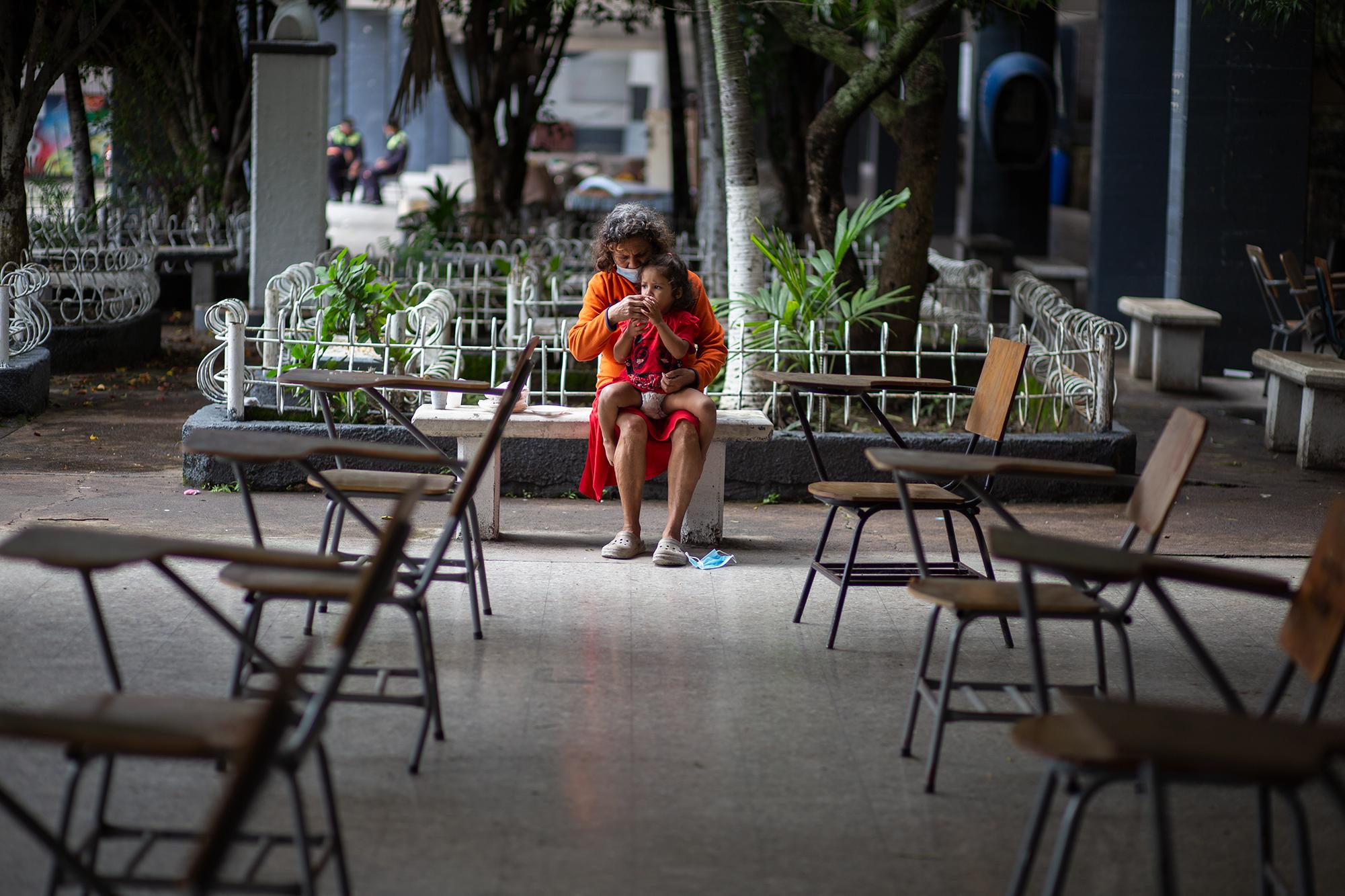 Rosely de 3 años es alimentada por su abuela Soledad de 60 años, ellas y su familia son del Barrio La Bolsa, uno de los barrios que cada año resulta afectado por el aumento del caudal en el Río Choluteca en la temporada de lluvias. Comayagüela, 5 de noviembre de 2020. Foto: Martín Cálix.