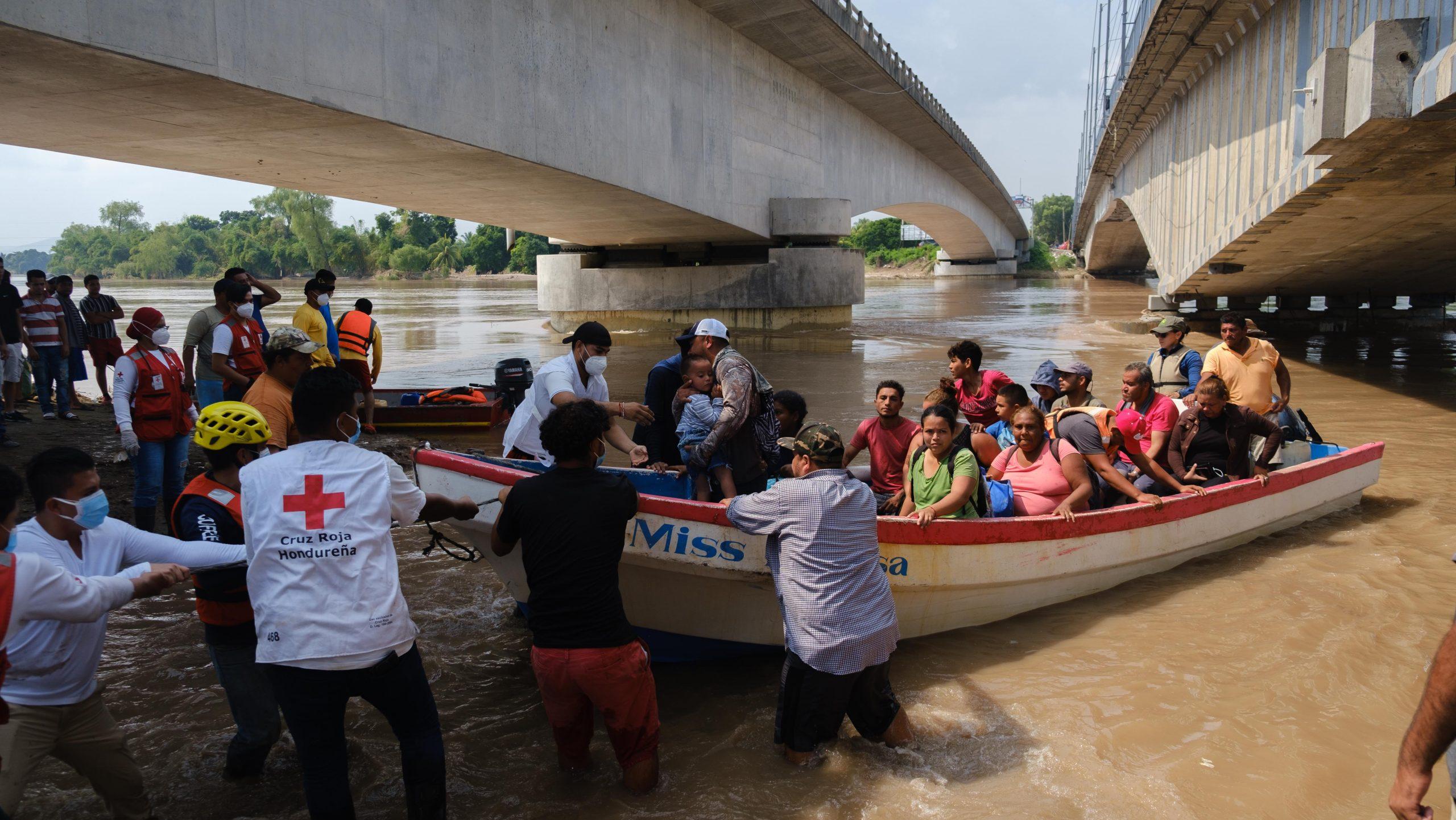 Una lancha llega al puente La Democracia tras rescatar varias personas del sector de Campo Monterrey. El Progreso, Yoro, 9 de noviembre 2020. Foto: Deiby Yanes.