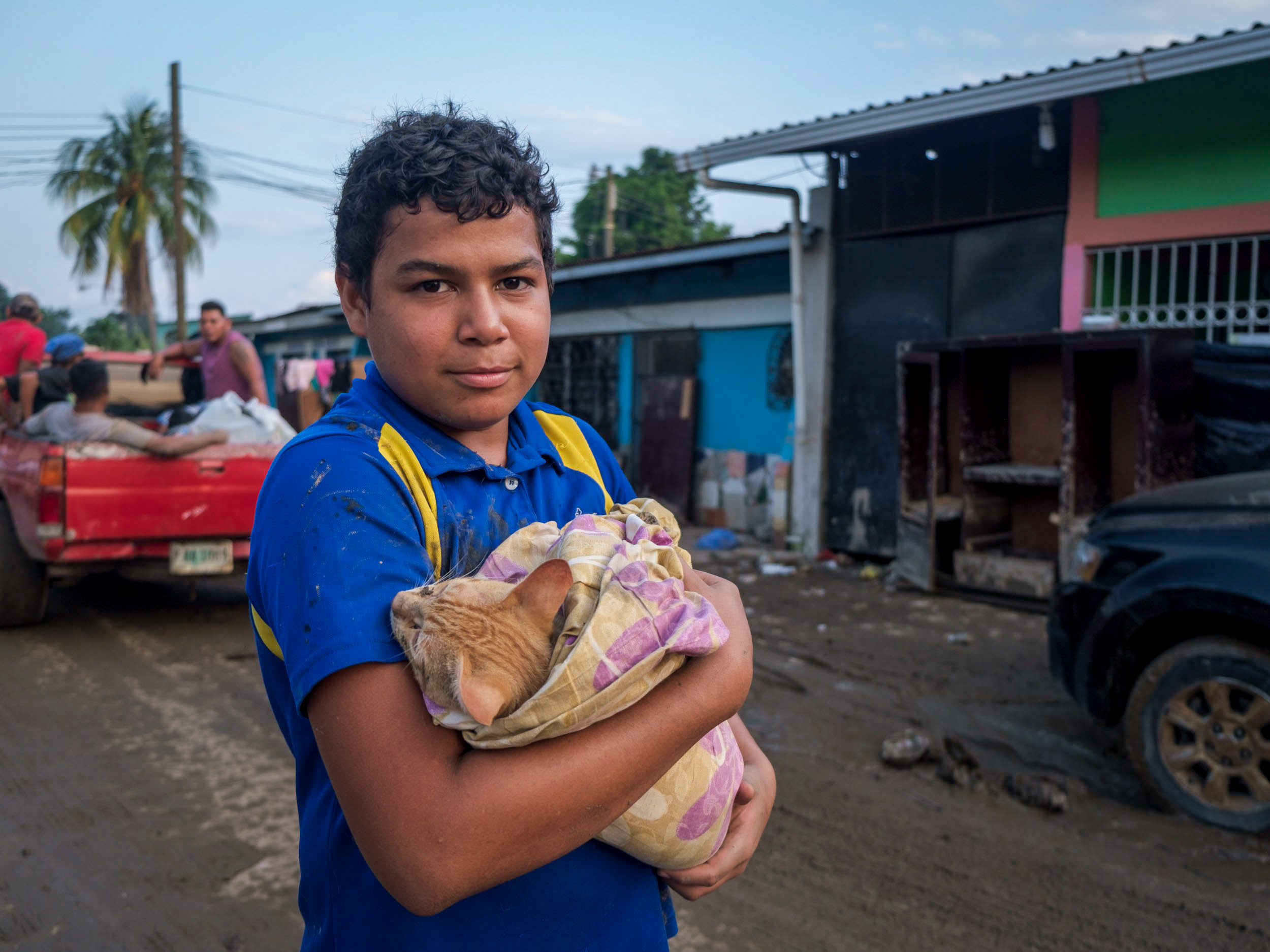 Luego de tres días de búsqueda, José logró rescatar a su gato Aurelio, que se había extraviado durante las inundaciones en la colonia Sabillón Cruz del sector Chamelecón. San Pedro Sula, 10 de noviembre de 2020. Foto: Deiby Yanes.