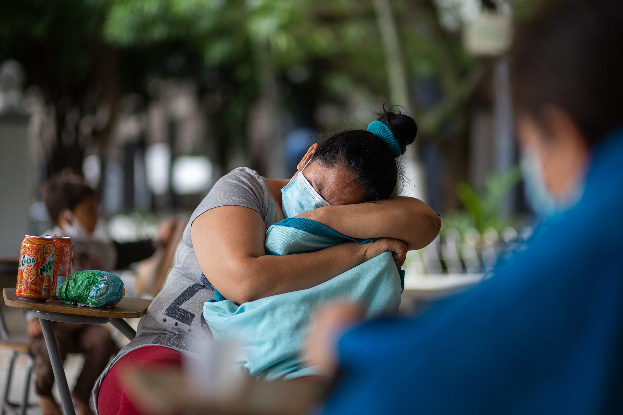 Una mujer descansa sobre sobre un pupitre en el Instituto Central Vicente Cáceres, que ahora funciona como albergue para las familias afectadas por los efectos de las lluvias que ha dejado tras su paso la tormenta tropical Eta. Comayagüela, 5 de noviembre de 2020. Foto: Martín Cálix.