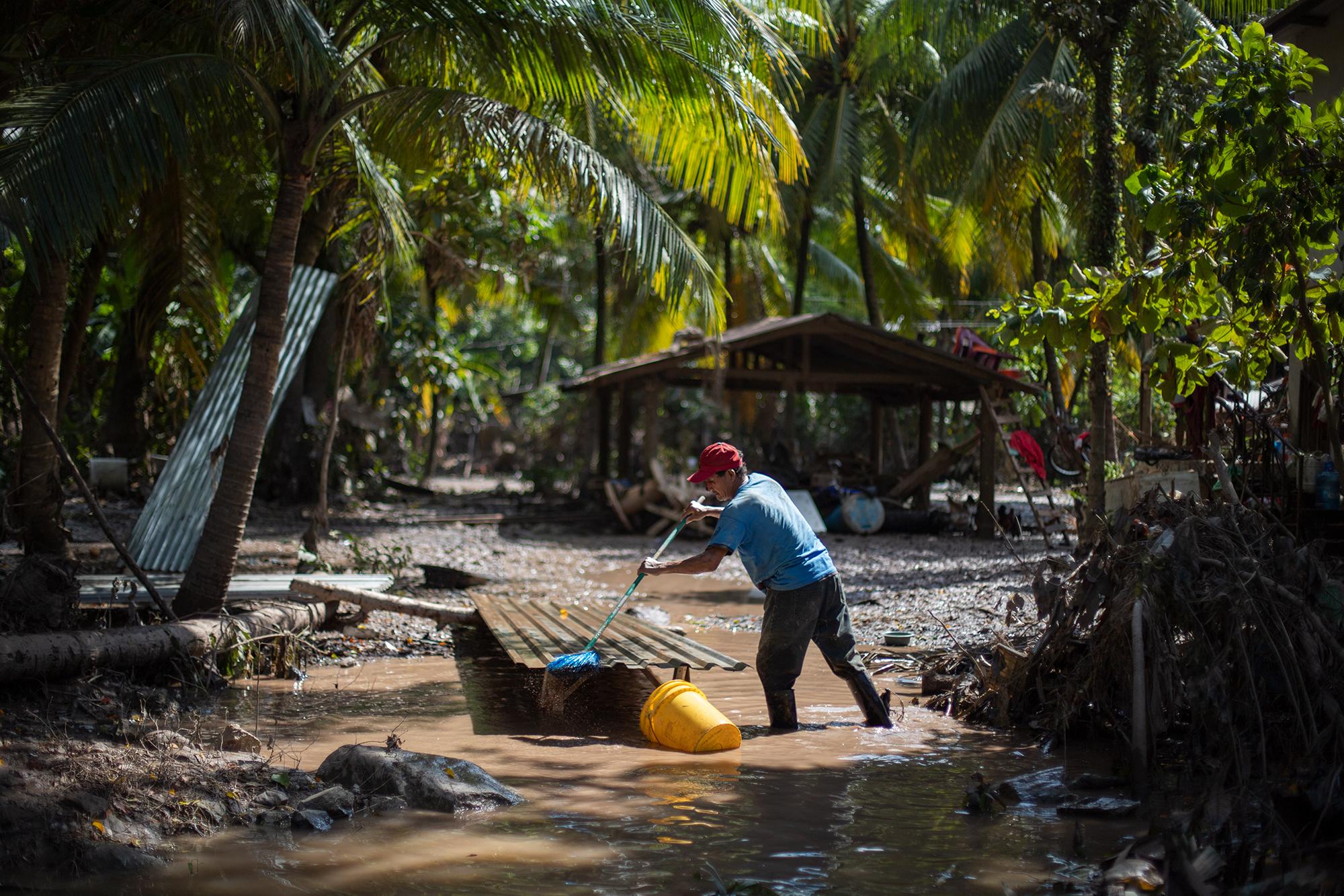 José Aristides de 58 años, de la comunidad de El Sofoco en Baracoa, lava todas las cosas que puede rescatar del lodo y el agua aún visible en el patio de su casa. Baracoa, Cortés, 15 de noviembre de 2020. Foto: Martín Cálix.