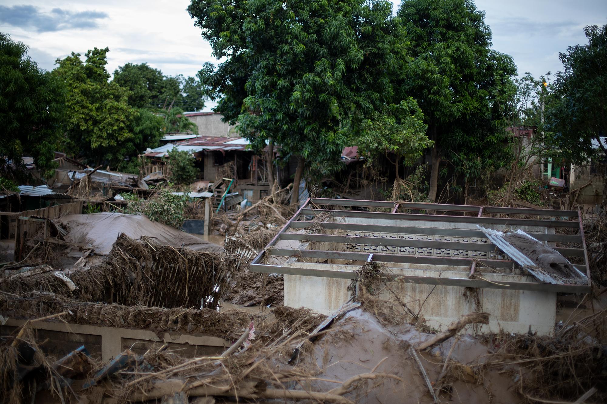 La tormenta tropical Eta provocó inundaciones en todo el sector de Chamelecón, pero el paso de la tormenta tropical Iota coronó una devastación superior soterrando las viviendas y destruyendo más a su paso. San Pedro Sula, 20 de noviembre de 2020. Foto: Martín Cálix.
