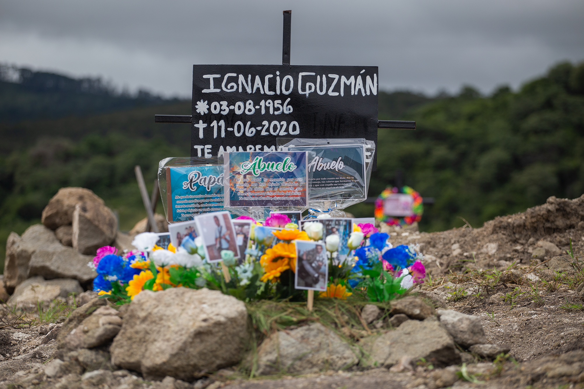 Una tumba adornada con flores y fotografías en el anexo del Parque Memorial Jardín de los Ángeles, un cementerio para personas fallecidas por Covid-19, ubicado en el kilómetro 14 en la carretera que desde el Distrito Central conduce a Olancho. Comayagüela, 2 de noviembre de 2020. Foto: Martín Cálix.