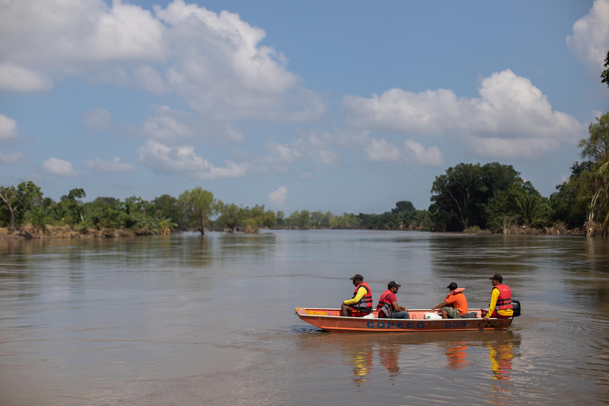 El Cuerpo de Bomberos de Baracoa, la Cruz Roja Hondureña y miembros de la Fuerza Naval de Honduras, realizan labores de rescate en las comunidades afectadas por la inundación luego del paso de la tormenta tropical Eta. Baracoa, Cortés, 15 de noviembre de 2020. Foto: Martín Cálix.