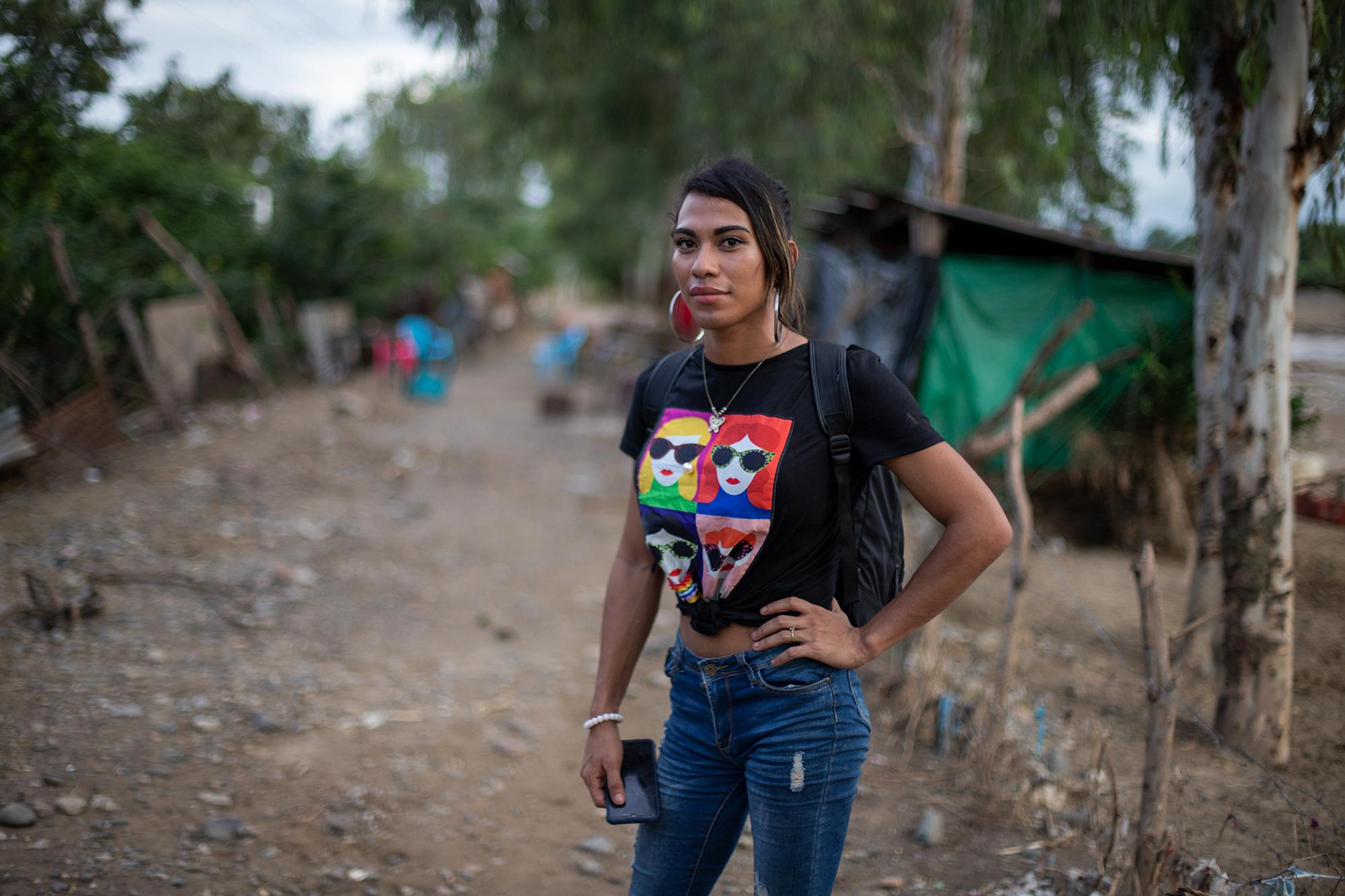 Roxy tiene 25 años, ella nació y creció en Chamelecón. Antes de las inundaciones provocadas por las dos tormentas tropicales, Roxy se dedicaba a vender mercadería, esto y la remesa mensual de uno de sus hermanos en Estados Unidos, le han ayudado a sobrevivir. San Pedro Sula, 20 de noviembre de 2020. Foto: Martín Cálix.