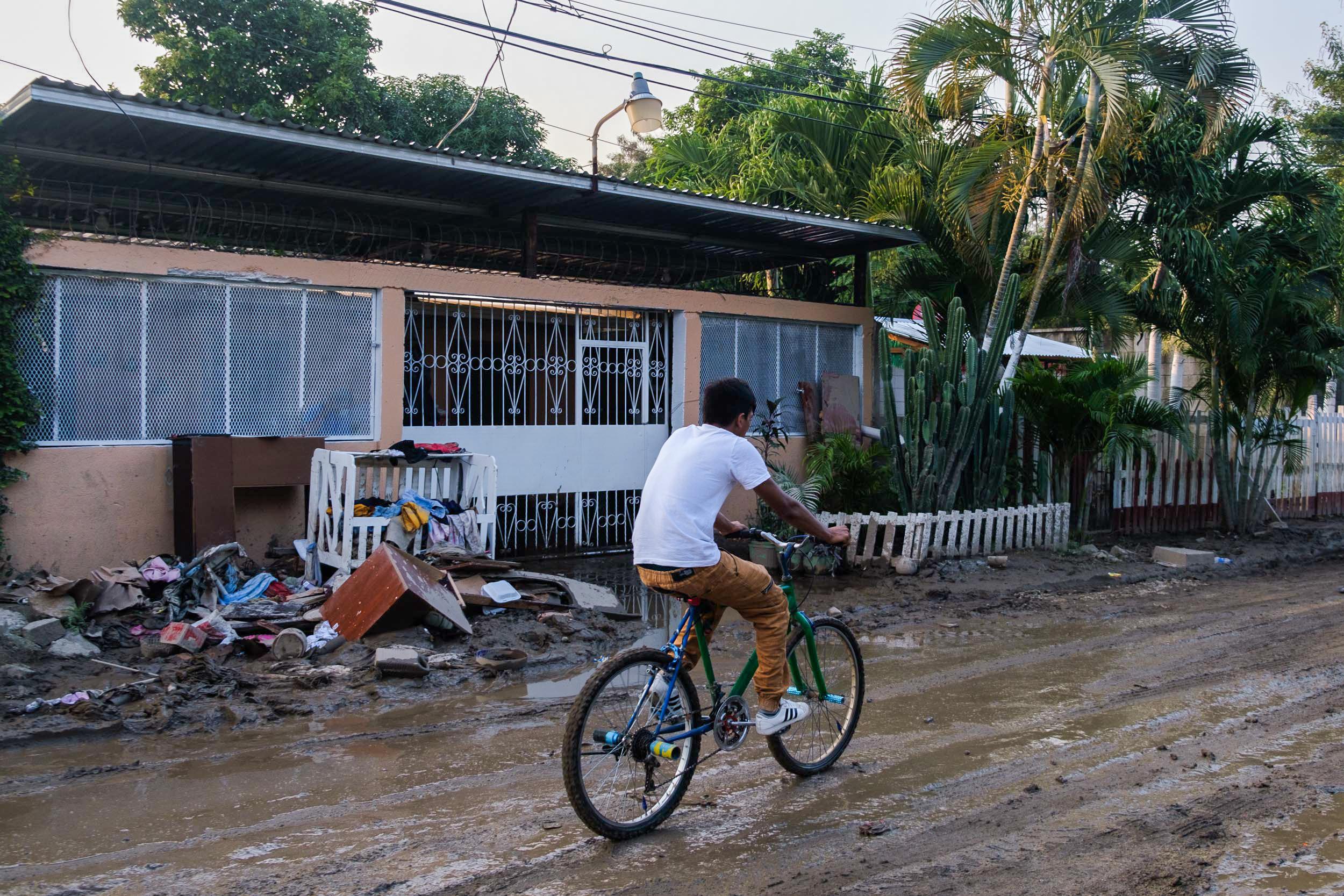 Los vecinos de la colonia Sabillón comenzaron a limpiar sus viviendas. San Pedro Sula, 10 de noviembre de 2020. Foto: Deiby Yanes.