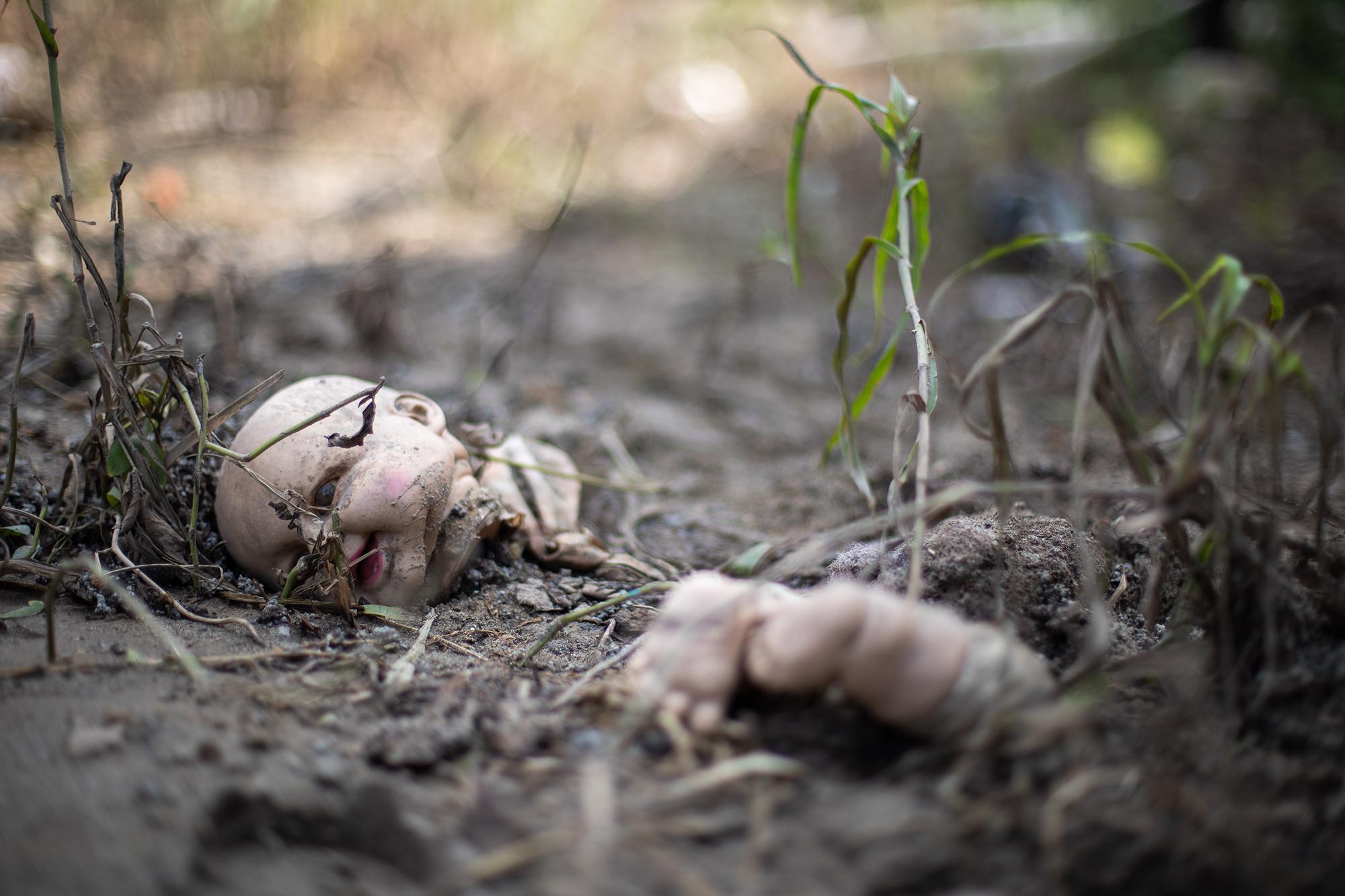 Una muñeca partida en dos a la orilla del río Chamelecón tras su paso por Baracoa donde la inundación ha dejado casas bajo el agua y ha provocado que las personas evacúen la zona. Baracoa, Cortés, 15 de noviembre de 2020. Foto: Martín Cálix.