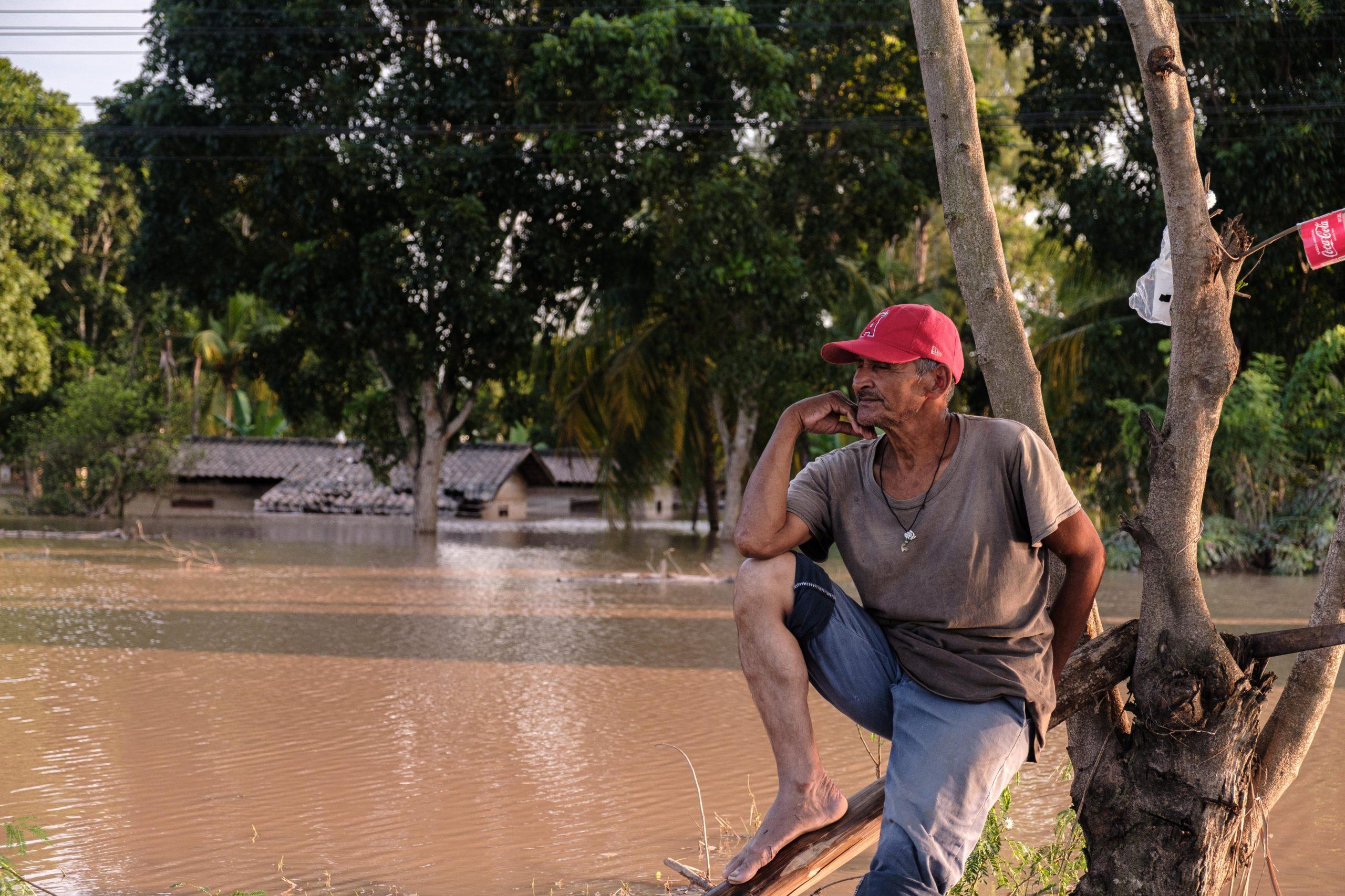 Un poblador del sector de Coowle descansa en la mediana del bulevar, sus casas al fondo están aún bajo el agua. 8 de noviembre de 2020. Foto: Deiby Yanes.