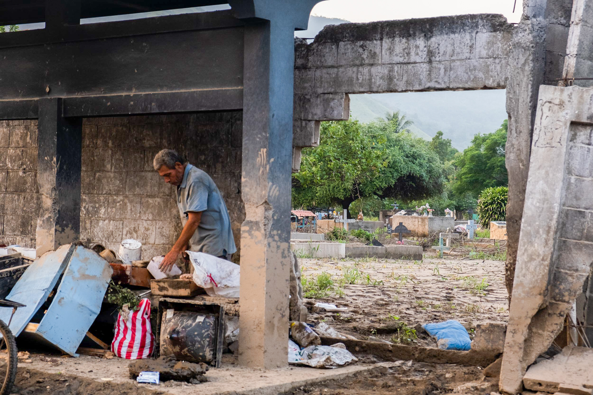 Gran parte del muro del cementerio general en Chamelecón se cayó como consecuencia de las inundaciones causadas por Eta. San Pedro Sula, 10 de noviembre de 2020. Foto: Deiby Yanes.