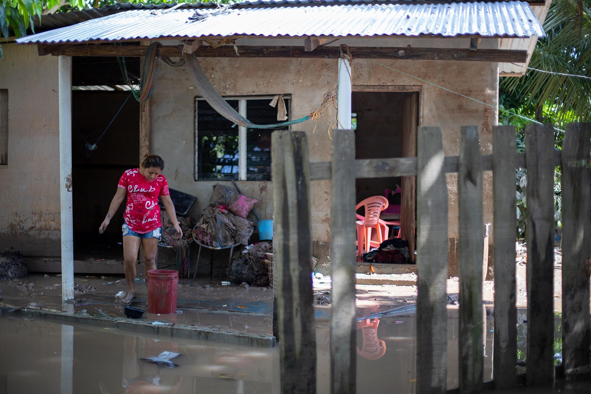 Flor de 24 años, es madre soltera de dos hijos, esta familia lo ha perdido todo debido a las inundaciones provocadas por la crecida del río Chamelecón. Baracoa, Cortés, 15 de noviembre de 2020. Foto: Martín Cálix.
