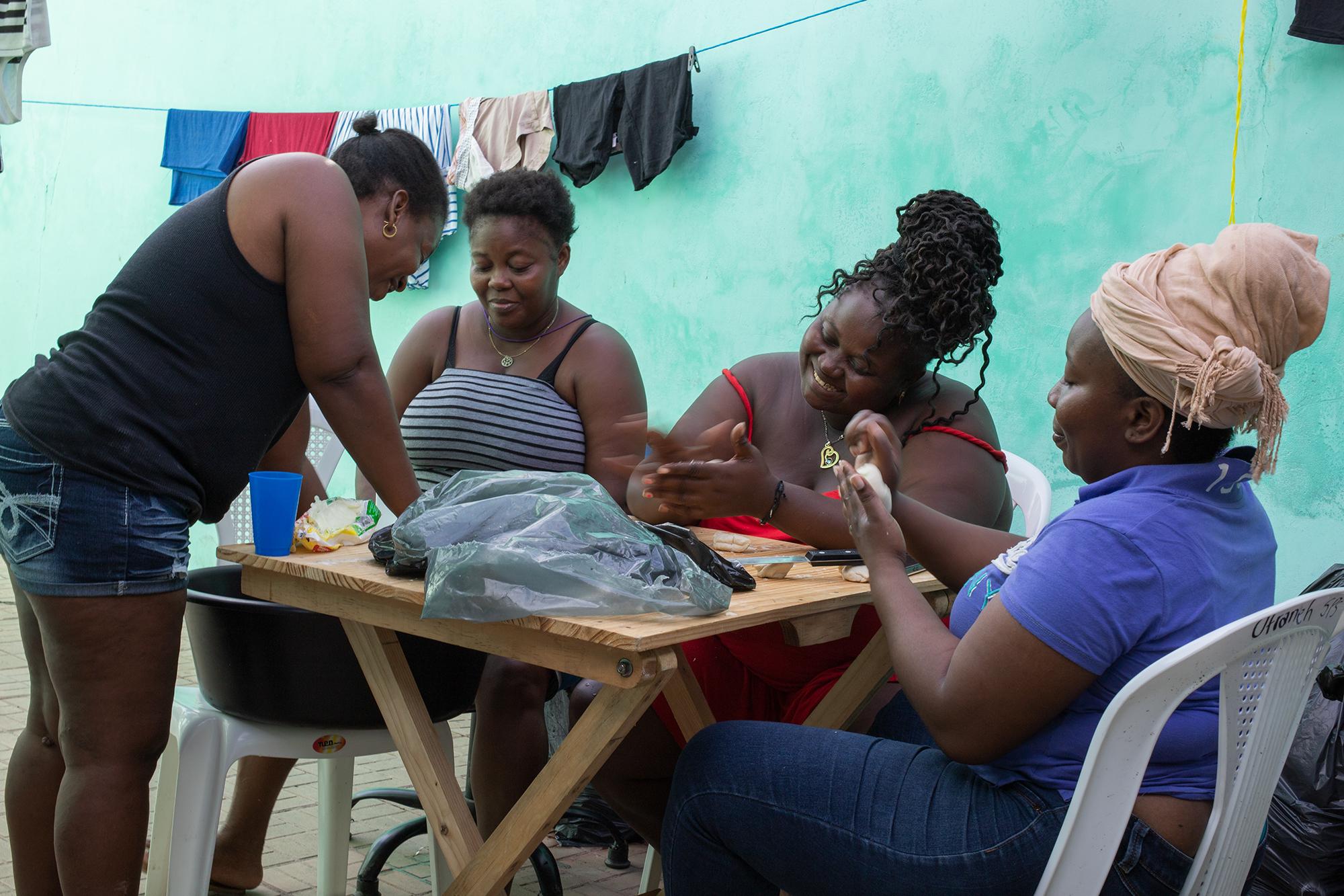 Jenny Arriola, Jenny Suazo, Flavia Palacios y Karen López, preparan pan de coco en el albergue de la sede de la Organización Fraternal Negra en la colonia Ciudad Nueva. San Pedro Sula, Cortés, 16 de noviembre de 2020. Foto: Martín Cálix.