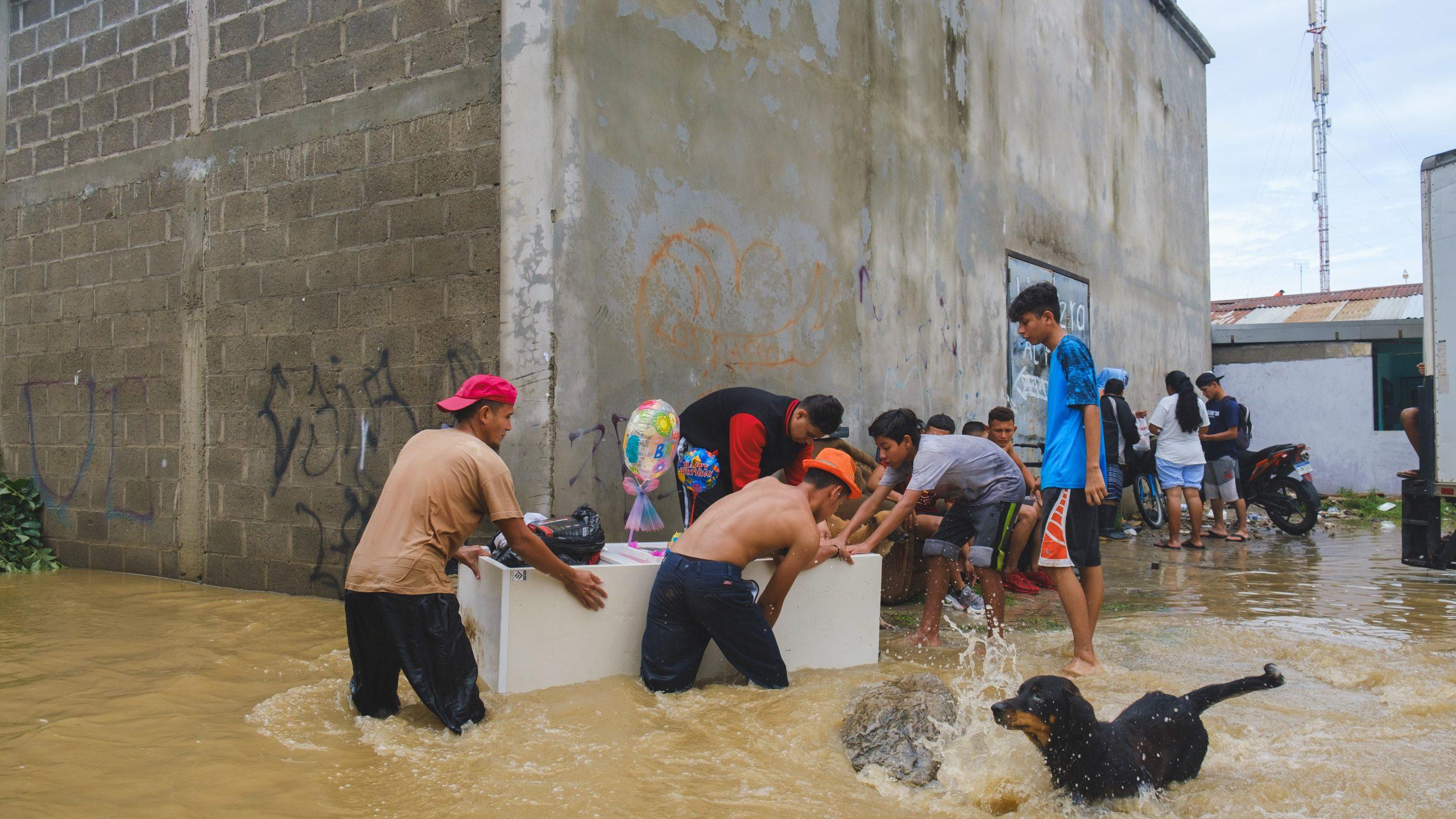 Muchos se prestaron como voluntarios para rescatar las pertenencias de sus vecinos en las colonias inundadas. 6 de noviembre de 2020. Foto: Deiby Yanes.