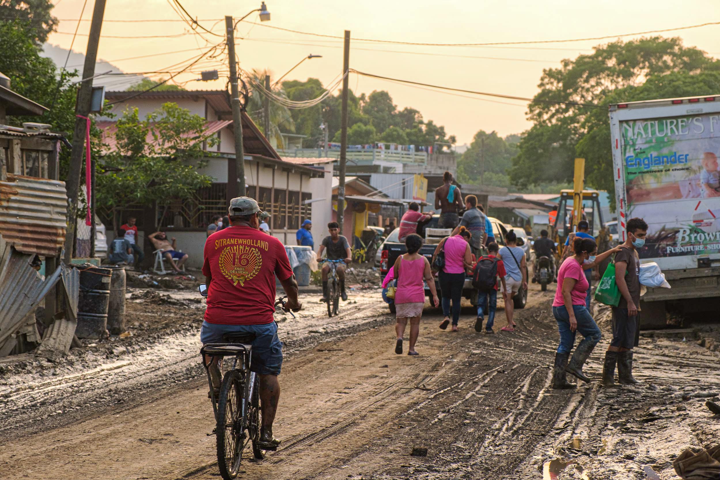 Los pobladores de las zonas afectadas en Chamelecón llegan para limpiar durante el día y al atardecer salen para dormir en otro lugar. San Pedro Sula, 10 de noviembre de 2020. Foto: Deiby Yanes.