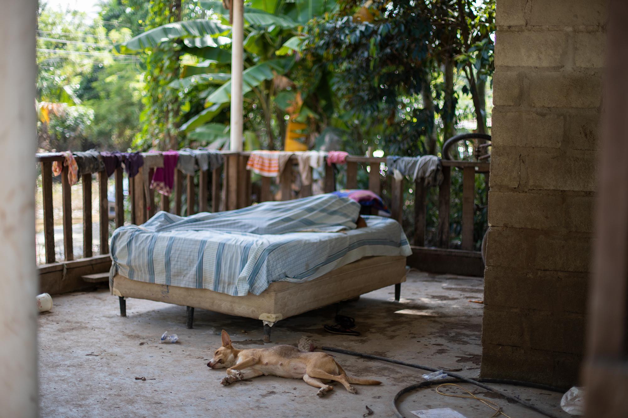 Las Cruces, es una de las comunidades afectadas en Baracoa, donde las personas han podido rescatar pocas cosas de la inundación que ha dejado el paso de la tormenta tropical Eta. Baracoa, Cortés, 15 de noviembre de 2020. Foto: Martín Cálix.