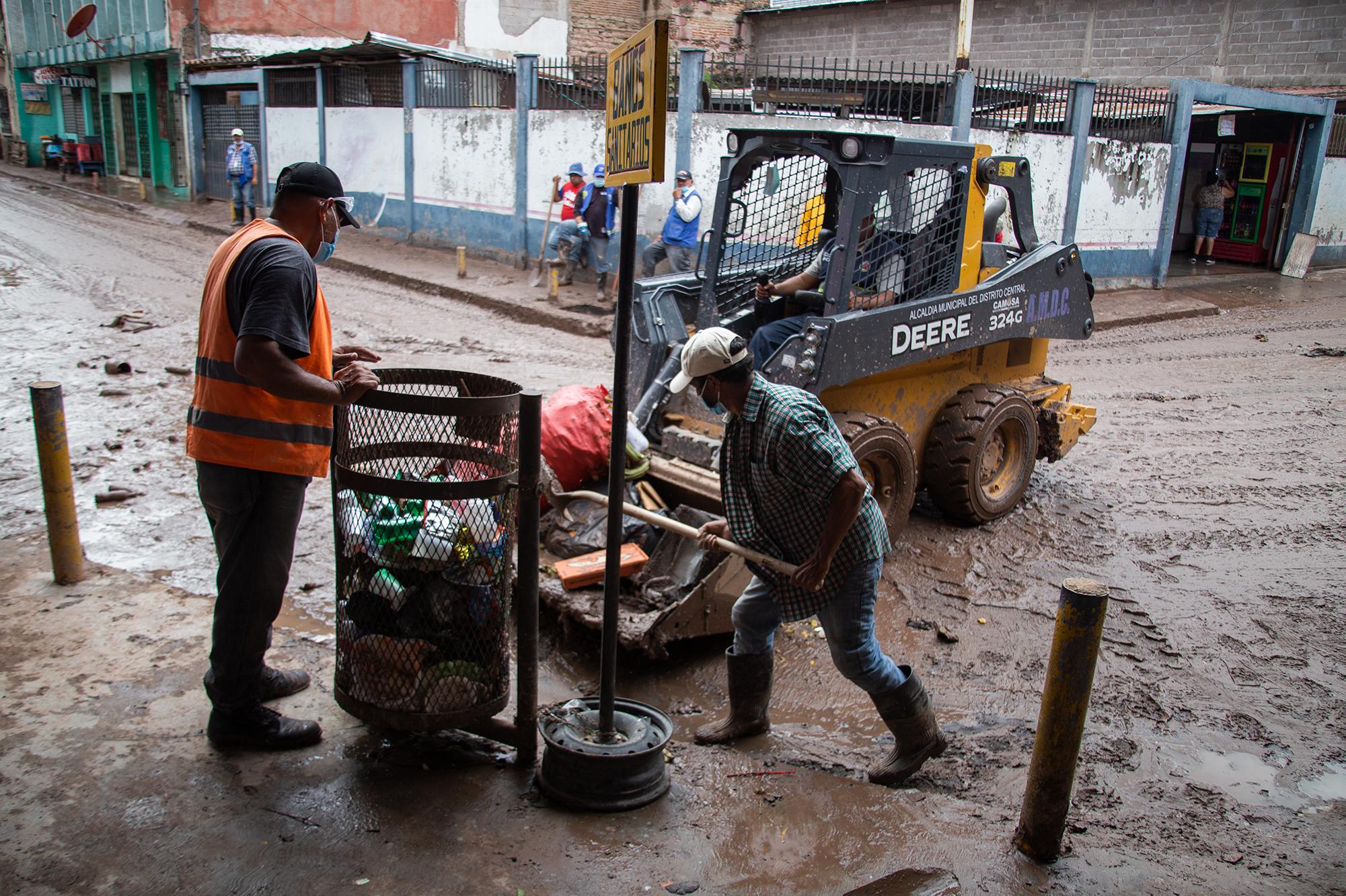 Una cuadrilla de limpieza de la Municipalidad del Distrito Central hace labores de contingencia en el Mercado Emmanuel donde los locales fueron inundados por la crecida del Río Choluteca. Comayagüela, 5 de noviembre de 2020. Foto: Martín Cálix.