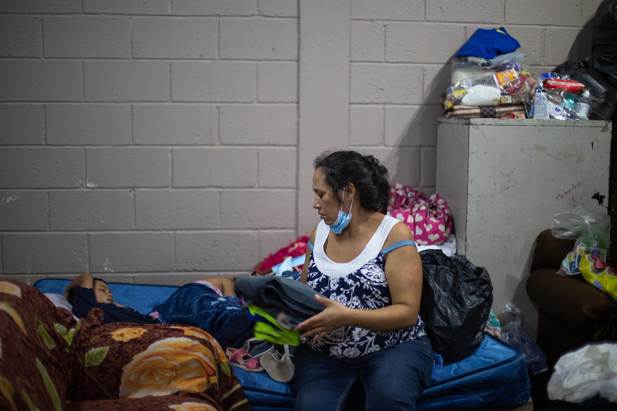 Jenny Fuentes y su familia han buscado refugio en el albergue de Escuela Profesor Toribio Bustillo. La familia de Jenny vive a la orilla del Río Choluteca que durante las crecidas en la temporada de lluvias inunda su hogar. Comayagüela, 7 de noviembre de 2020. Foto: Martín Cálix.