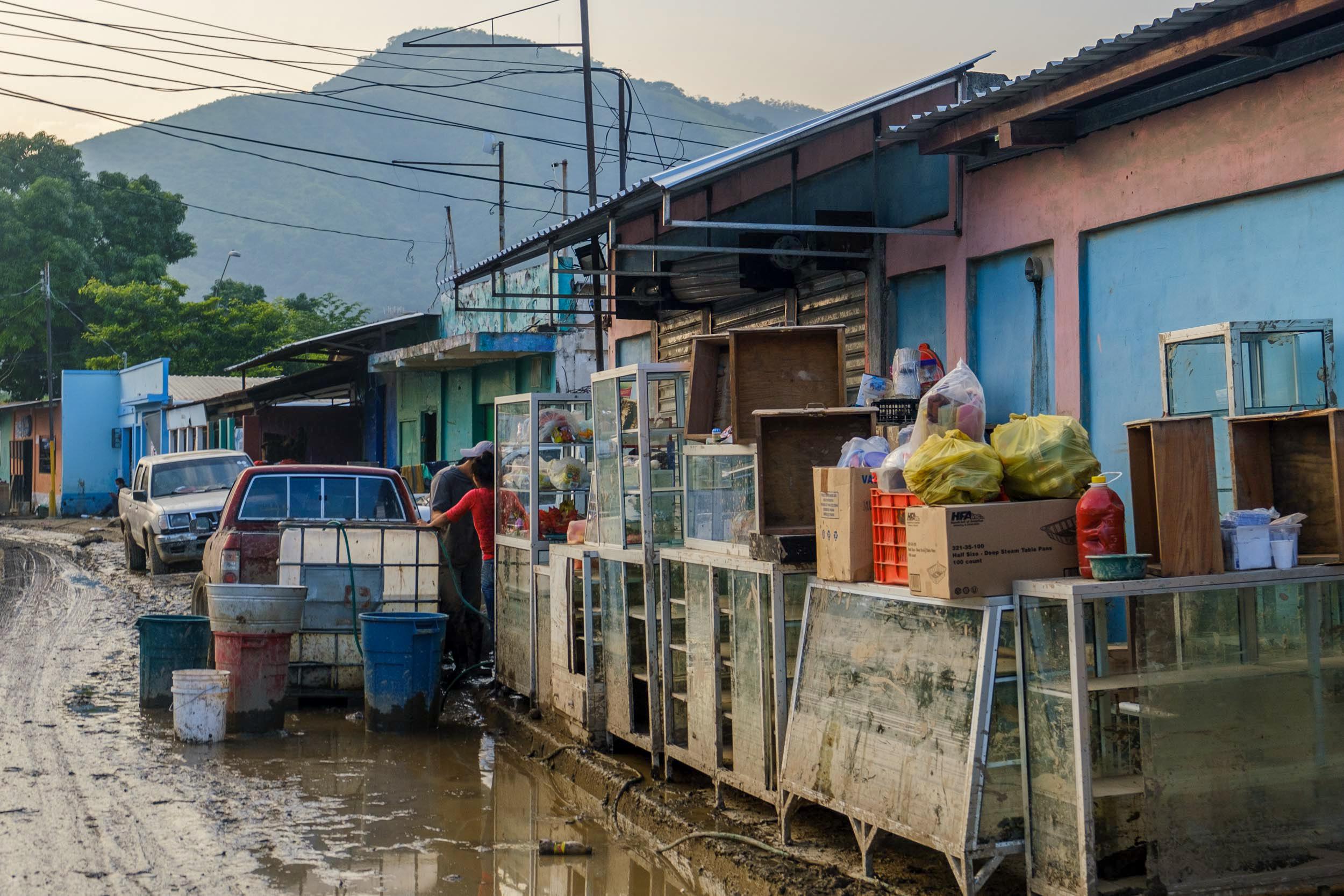 Muchos negocios ubicados en la calle principal de Chamelecón sufrieron enormes daños. San Pedro Sula, 10 de noviembre de 2020. Foto: Deiby Yanes.