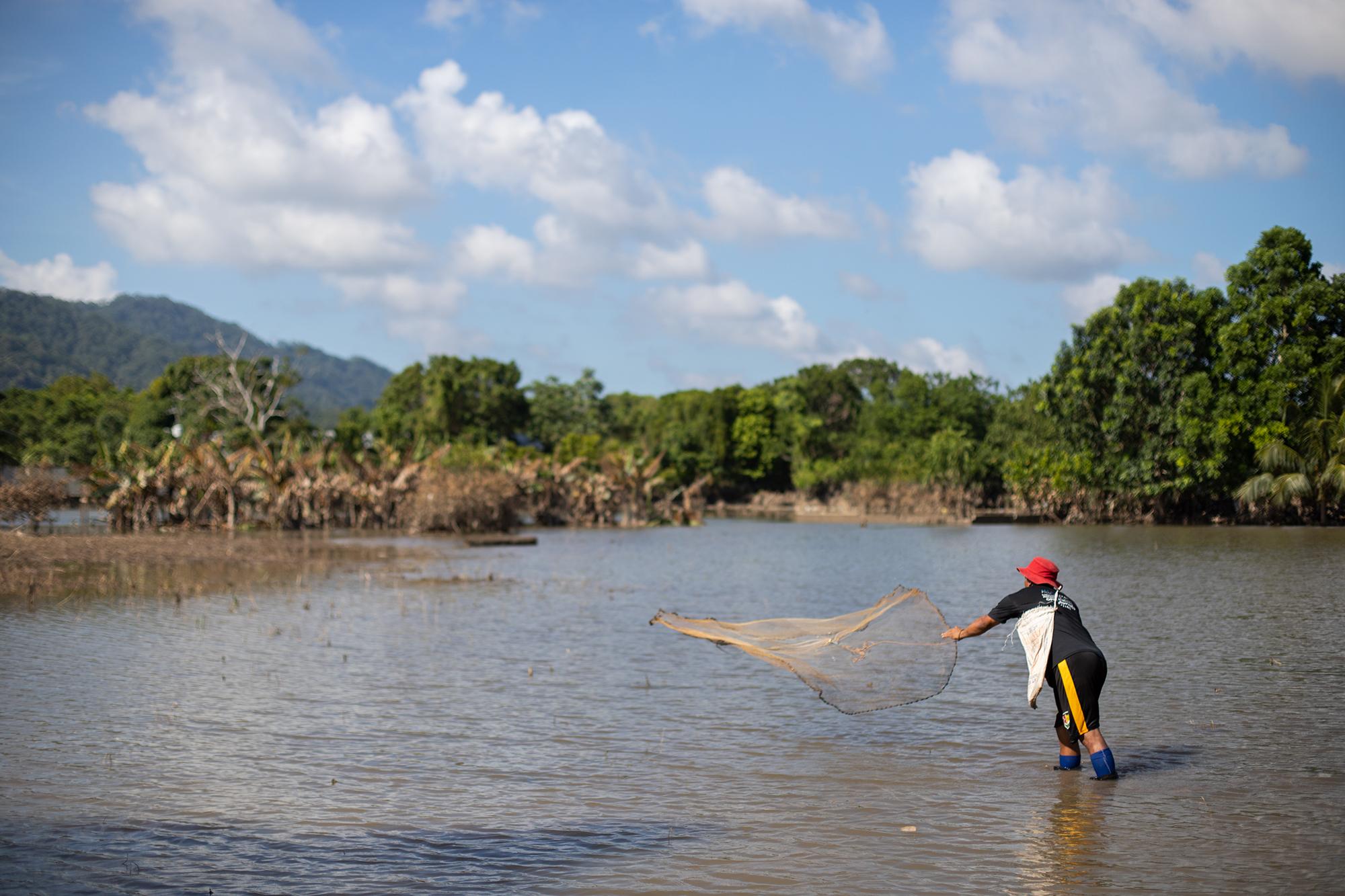 El río Chamelecón ha desbordado su cauce e inundado muchas comunidades a su paso, La Unión es una de ellas, Saúl es un pescador de 42 años, que aprovecha la crecida del río para pescar en una zona no tan alejada de su casa. Baracoa, Cortés, 15 de noviembre de 2020. Foto: Martín Cálix.