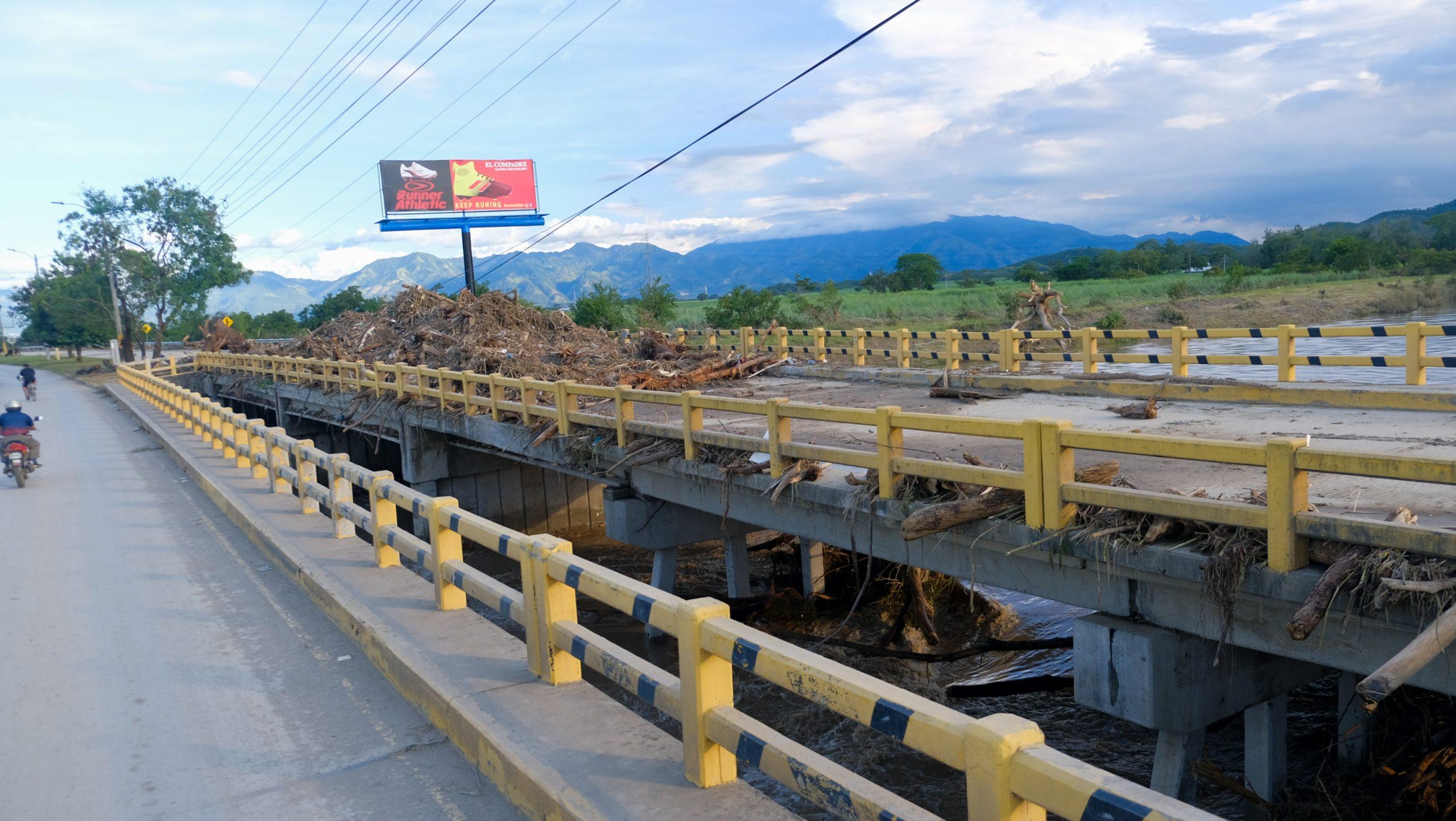 Un enorme promontorio de basura quedó sobre el puente del canal Maya, la estructura deberá ser evaluada por expertos. La Lima, Cortés, 7 de noviembre de 2020. Foto: Deiby Yanes.